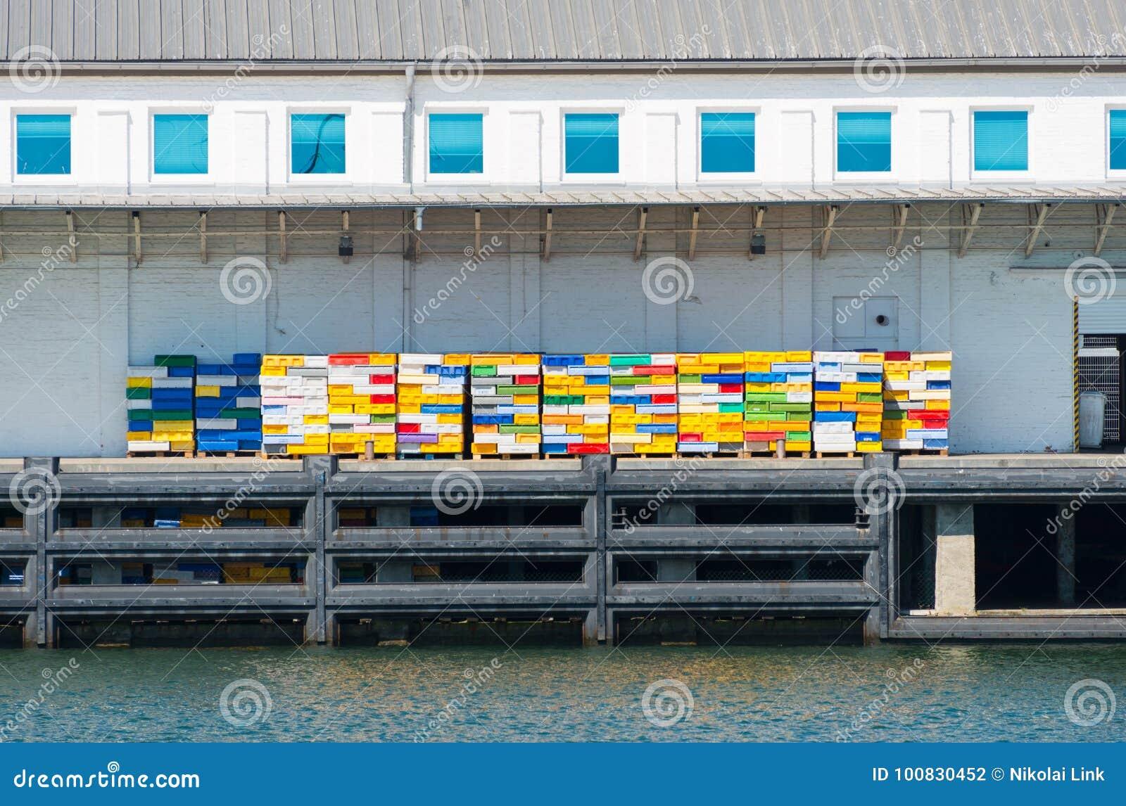 Rybołówstwo dok z kolorowymi skrzynkami