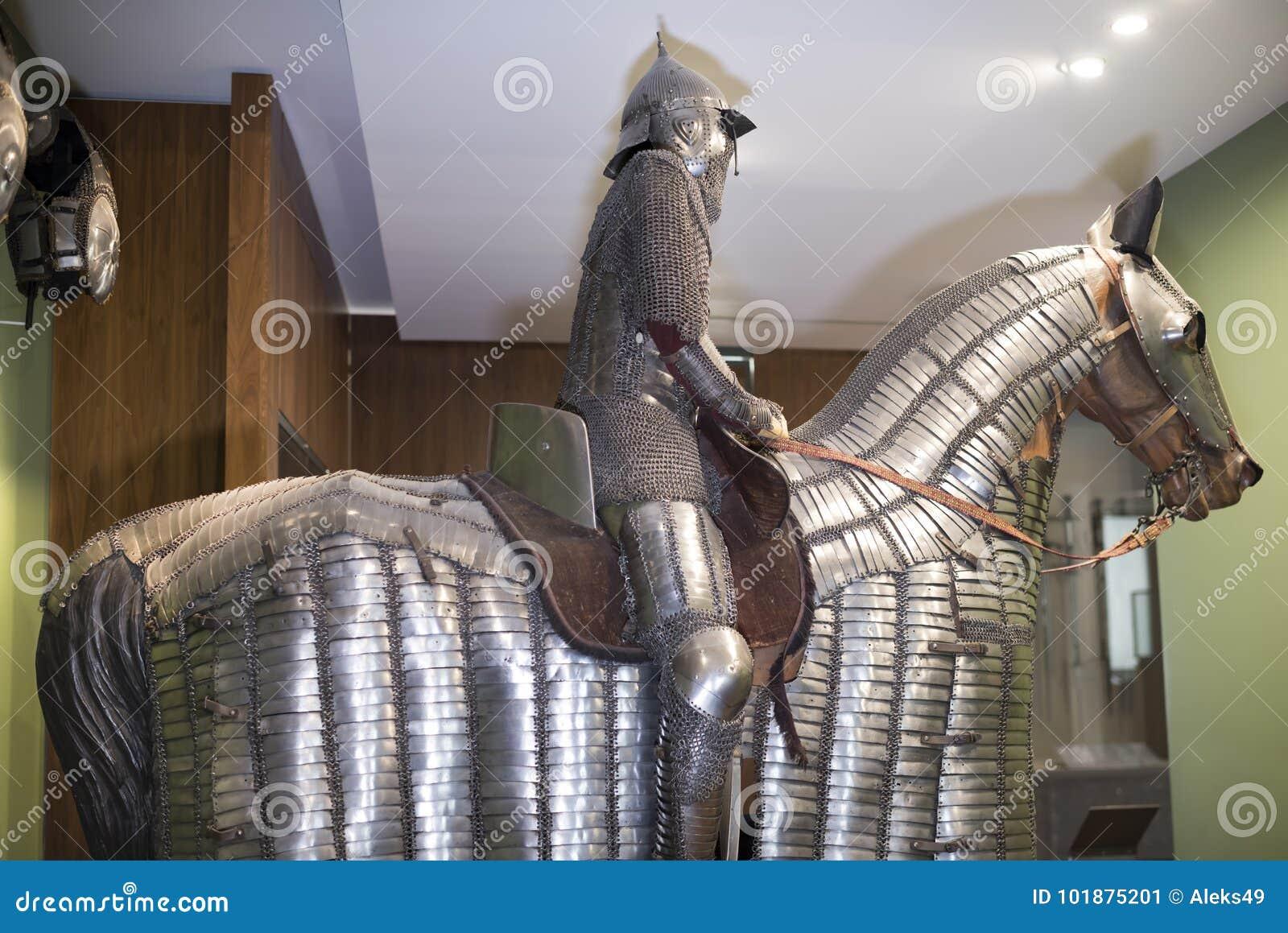 Rycerz i jego koń w stalowym opancerzeniu Muzeum Orsay