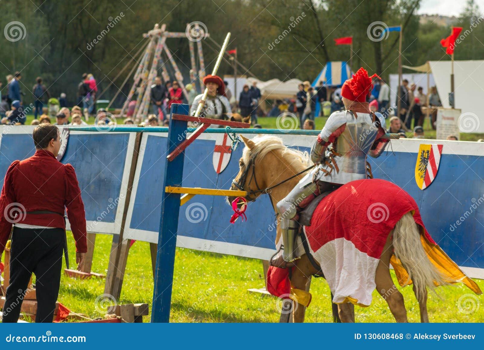 Rycerz na koniu uderza celu pierścionek