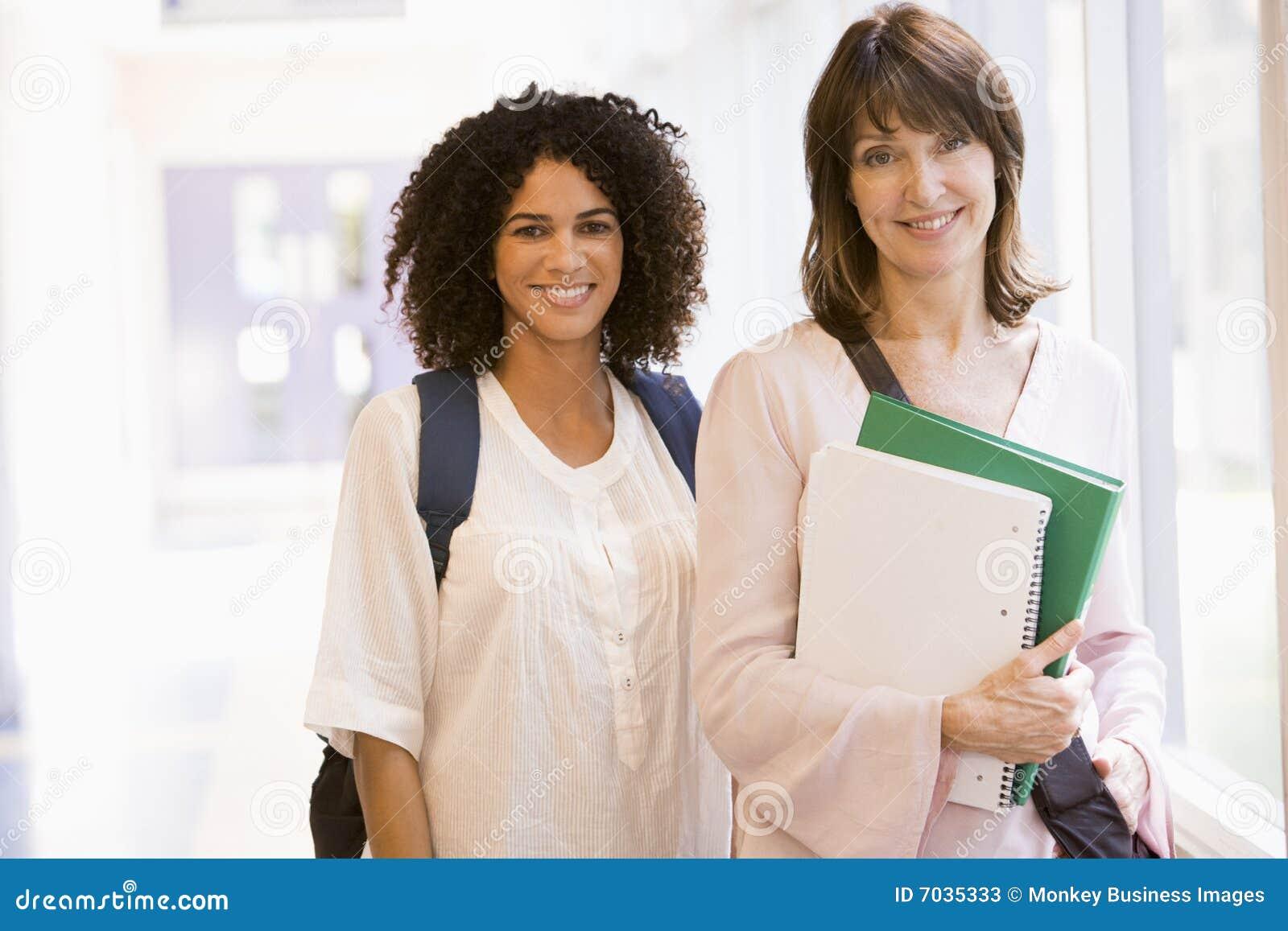 Ryggsäckar som plattforer två kvinnor