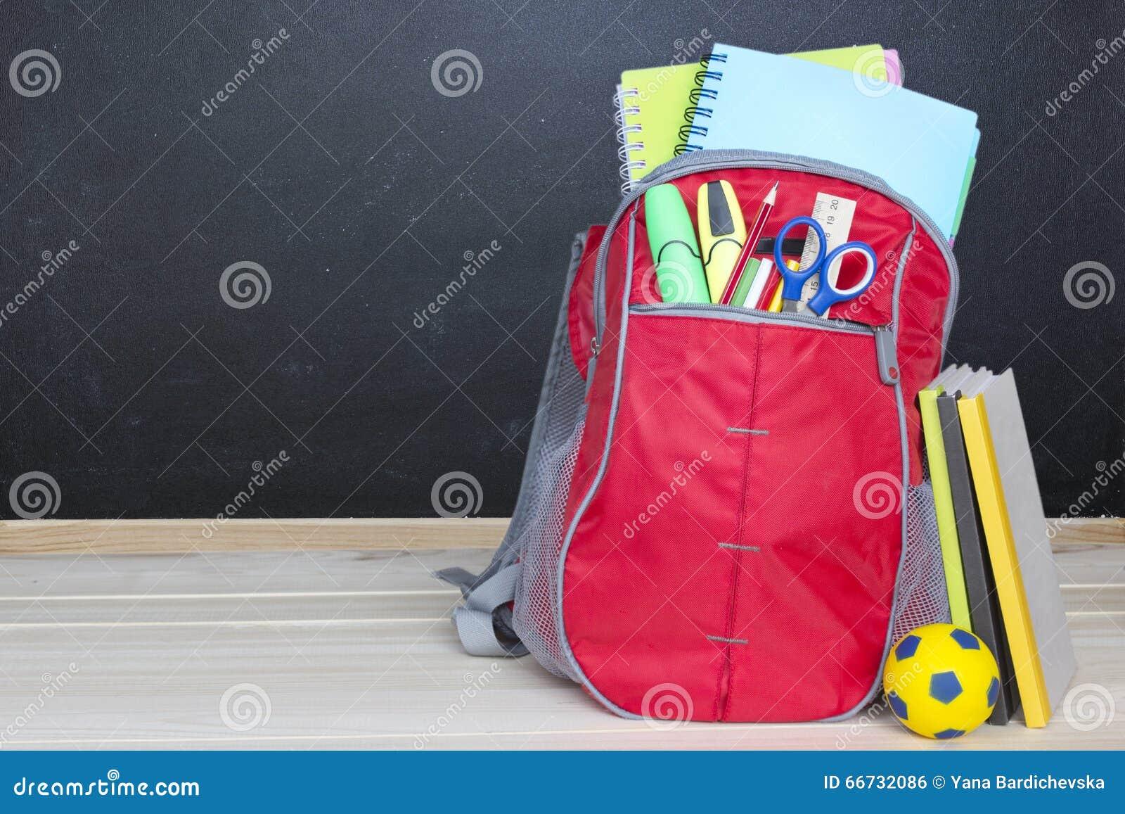 Ryggsäcken för skolapåsen levererar träsvart tavlabakgrund