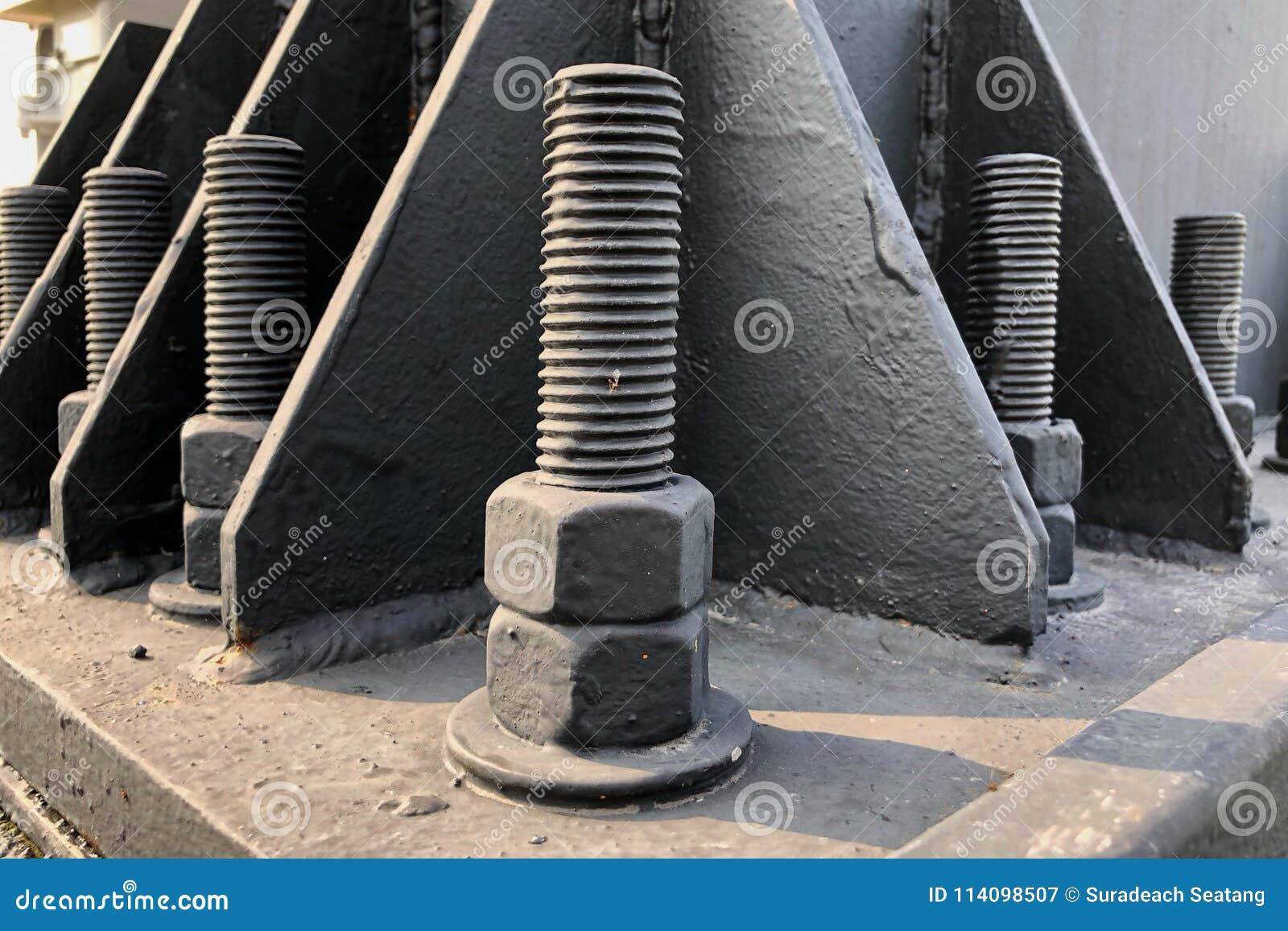 Rygle i dokrętki na budowy strukturze