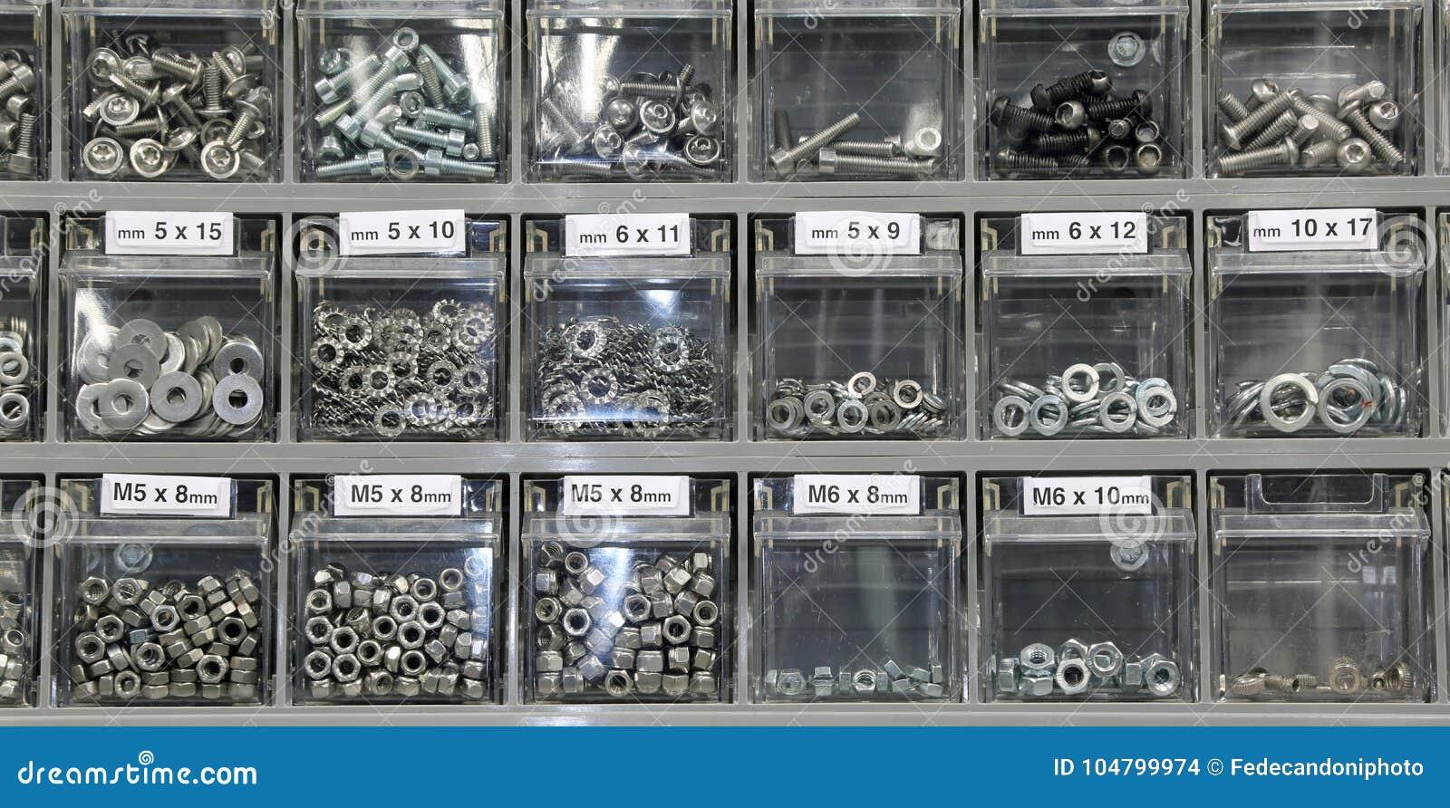 Rygle i dokrętki w narzędzia sklepie