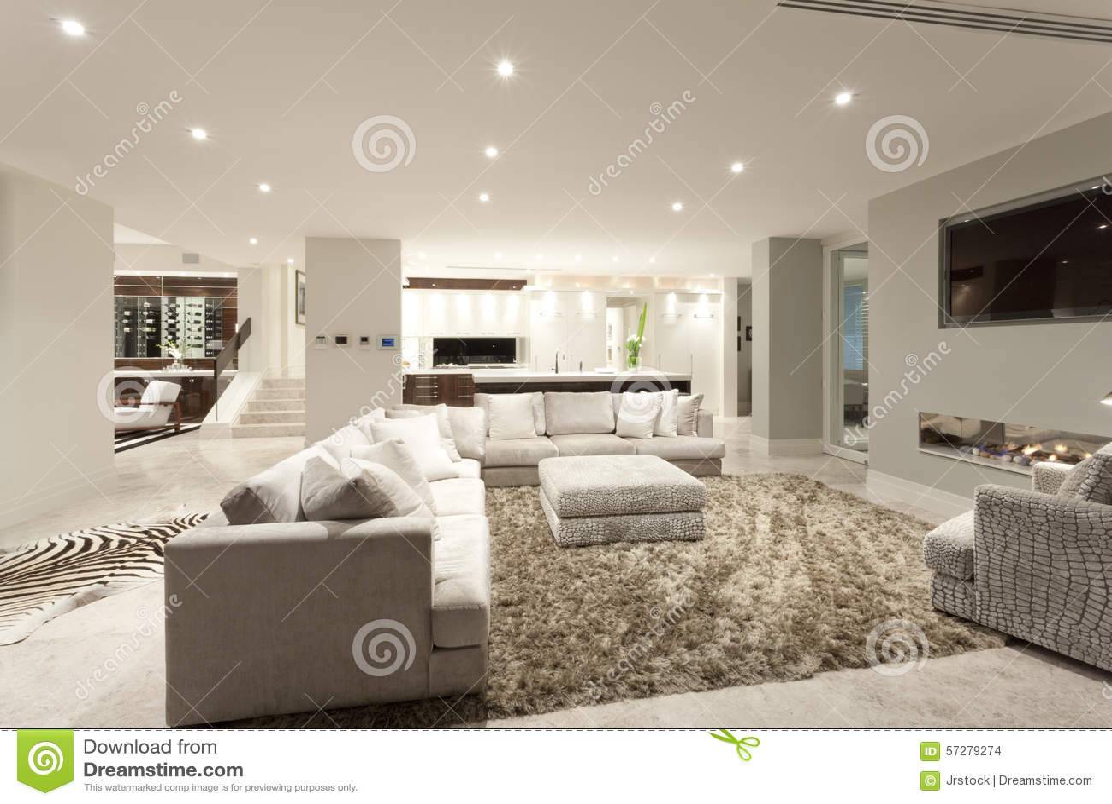 Rymlig vardagsrum med en stor matta arkivfoto   bild: 57279274