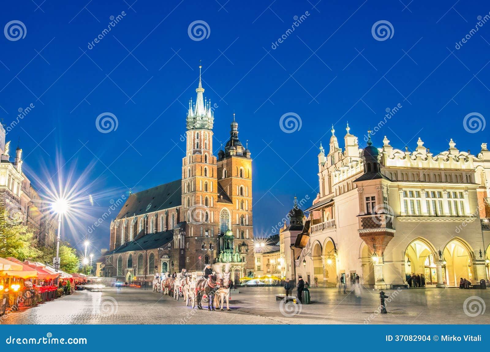 Rynek Glowny - o quadrado principal de Krakow no Polônia