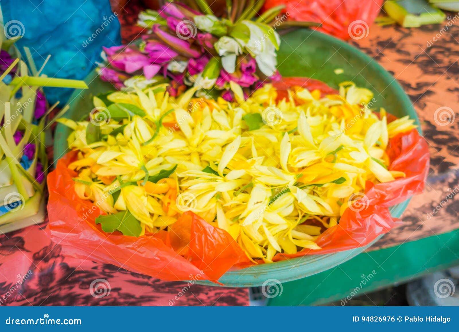 Rynek wśrodku przygotowania kwiaty na stole w mieście Denpasar w Indonezja,