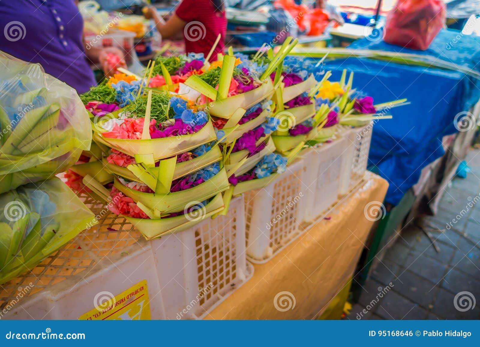 Rynek z pudełkiem robić liście, wśrodku przygotowania kwiaty na stole w mieście Denpasar w Indonezja,