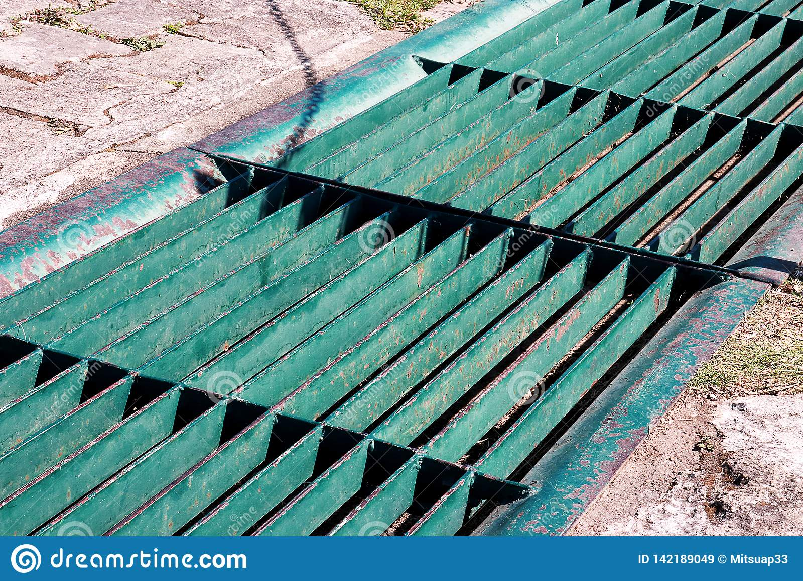 Rynna odcieku kratownica, odciek pokrywa Droga odcieki - kanał ściekowy pokrywa Żelazna kratownica woda odciek na drodze w każdy