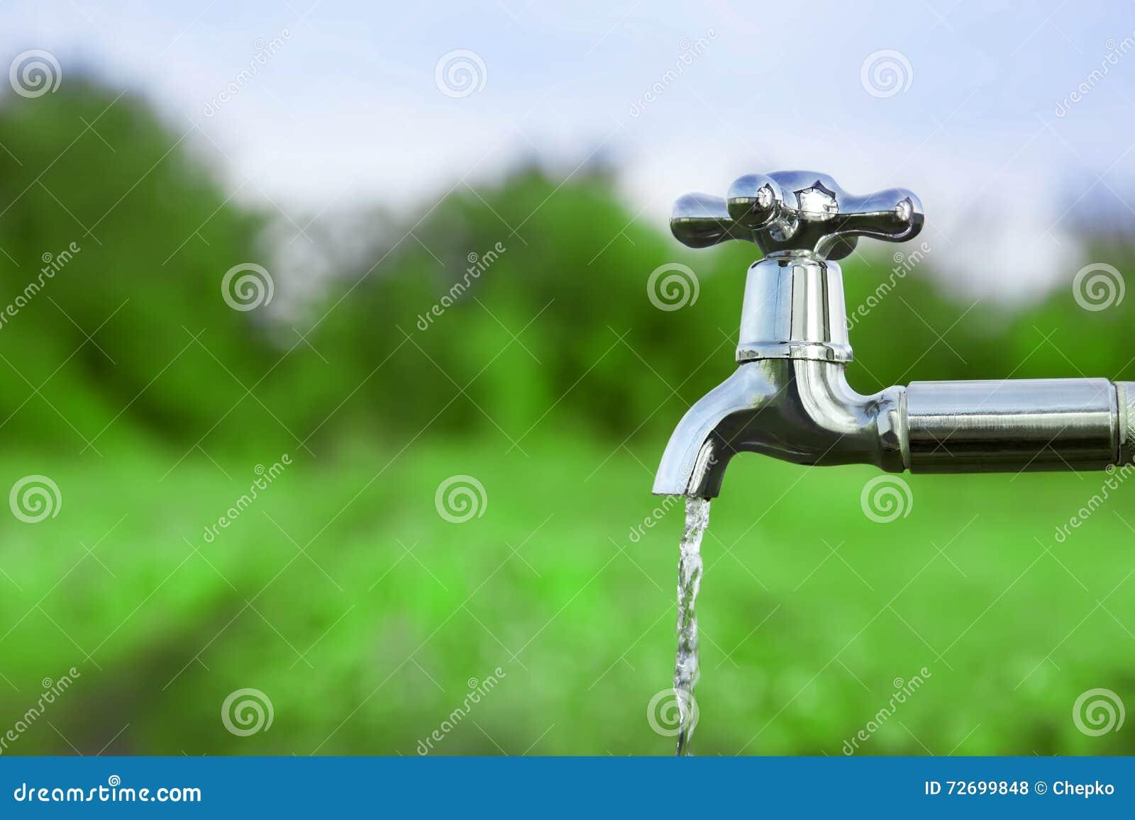 Rynsztokowa woda od metalu klepnięcia
