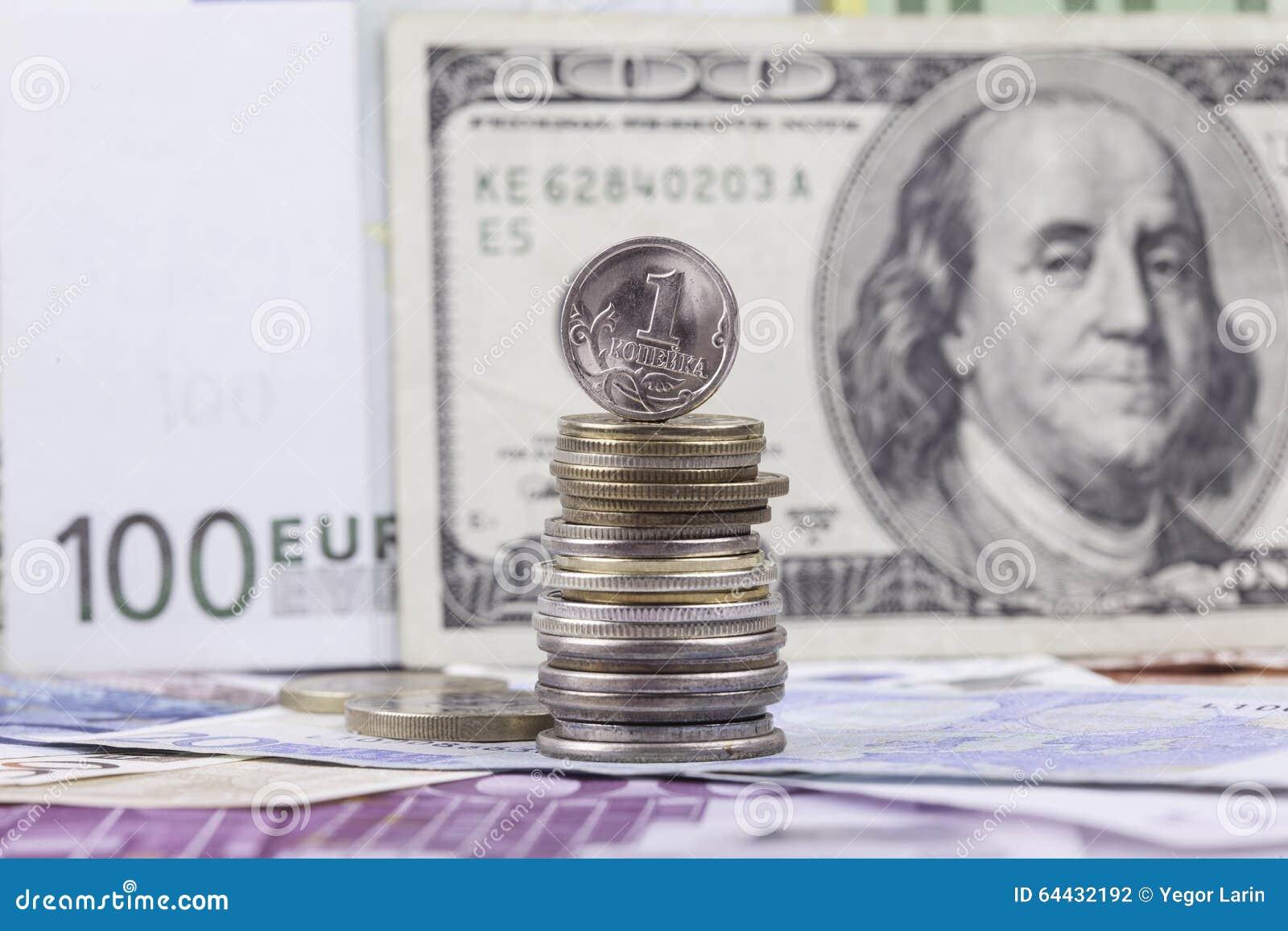 Rysk myntkopeck på bakgrunden av sedeldollareuro