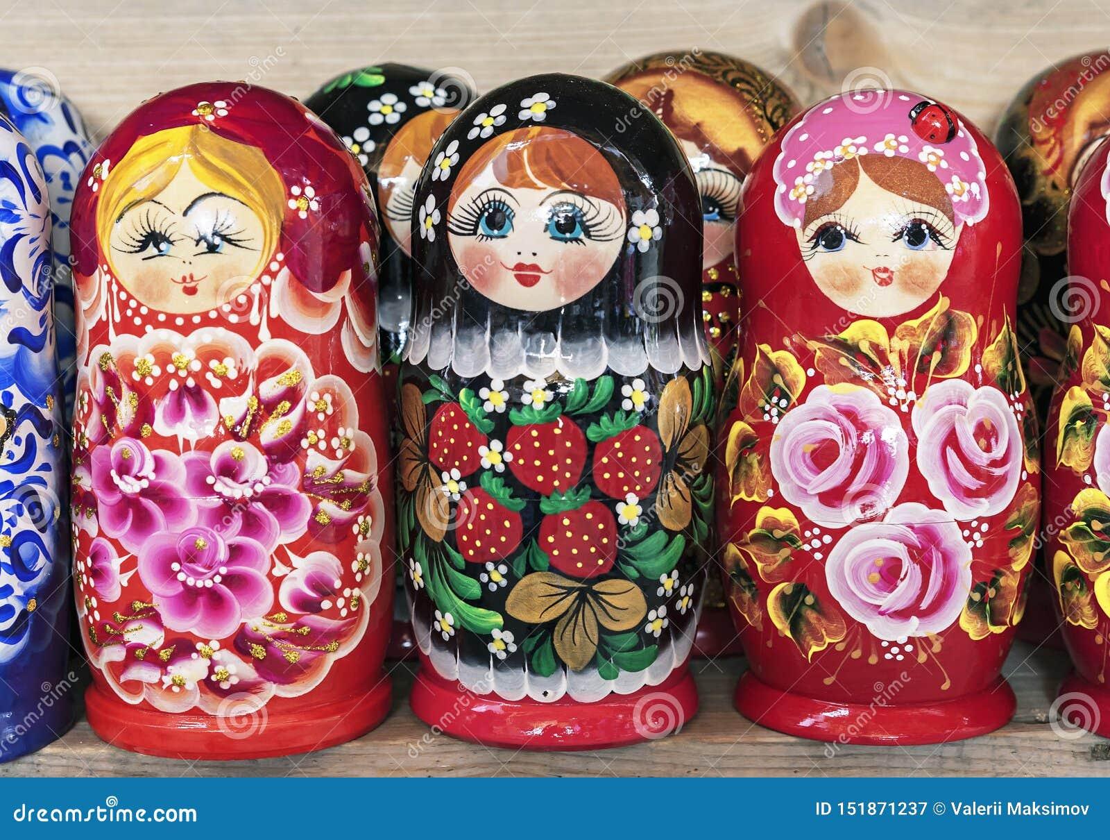 Rysk trädockamatryoshka på räknaren av presentaffären Matryoshka ?r en nationell rysk souvenir