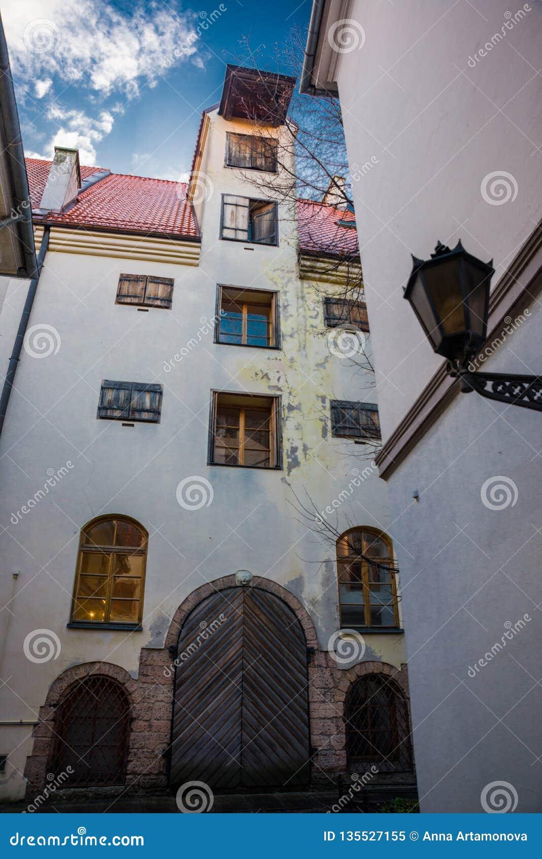 Ryski, Latvia: Jard konwencja jest jeden starzy bloki mieszkalni Ryski Piękni historyczni budynki w starym miasteczku