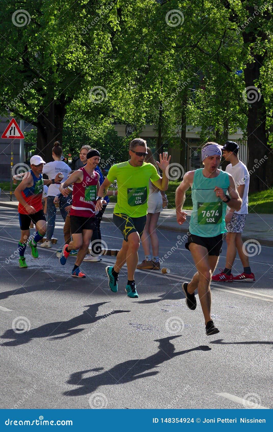 Ryski, Latvia, Maj - 19 2019: Szybcy biegacze przyje?d?a pierwszy orze?wienie punkt