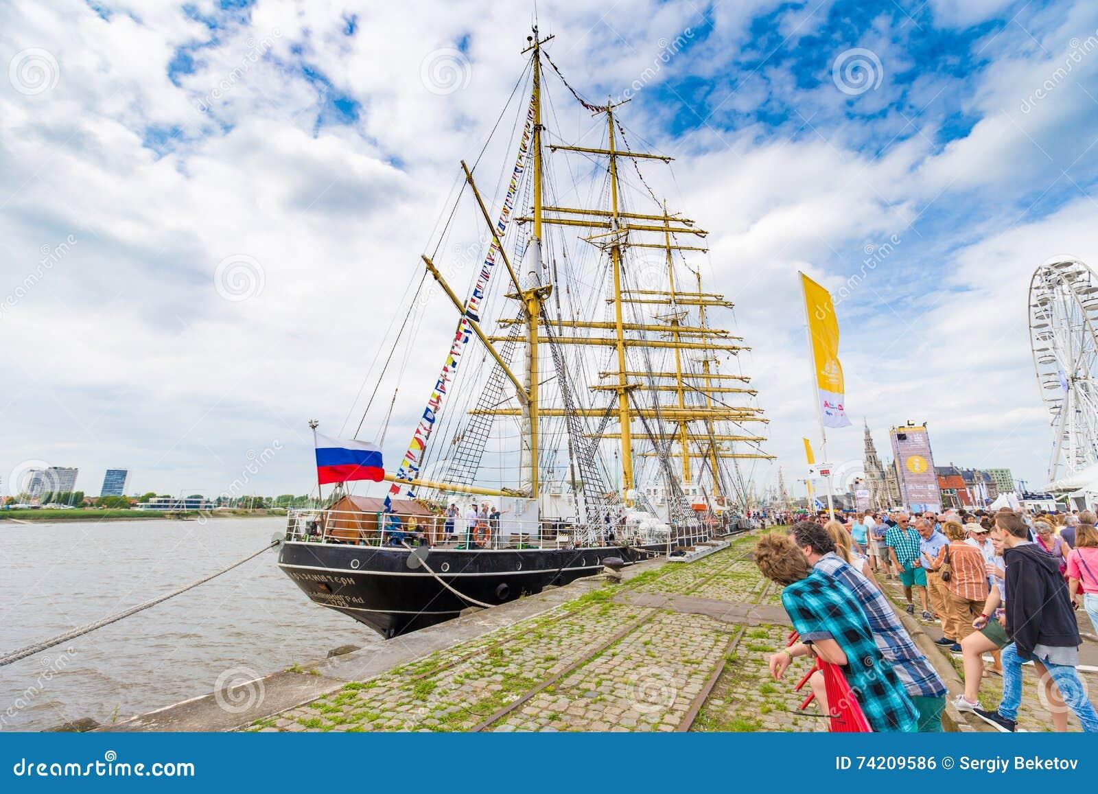 Ryskt seglingskepp Kruzenstern som ses i Antwerp under de högväxta skeppen R