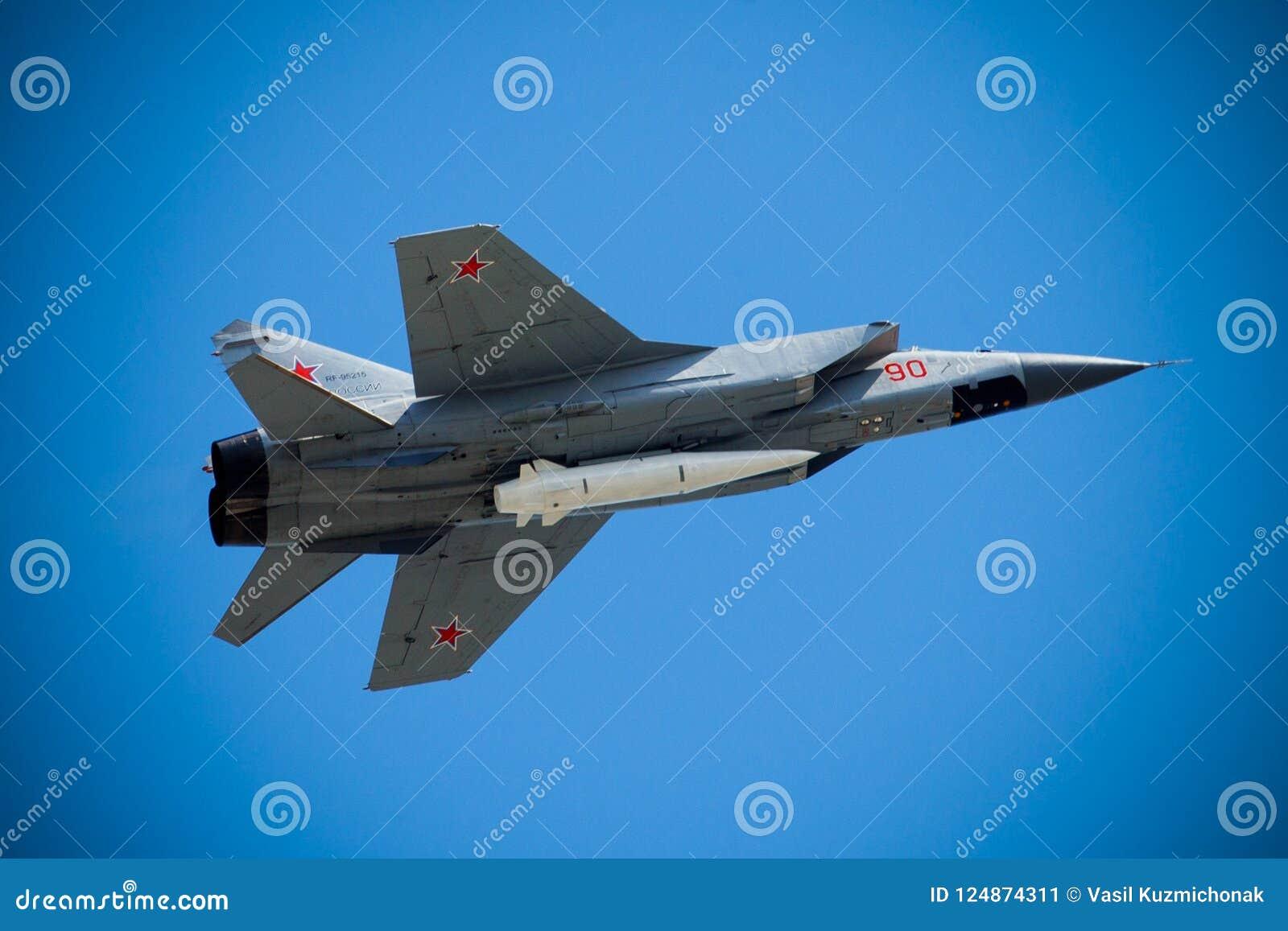 Ryskt supersoniskt flygplan för militärt jaktplan MiG-31 med den nya dolken för hemligheten Kh-47M2 Kinzhal luft-lanserade den hy