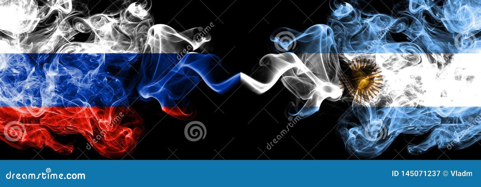 Ryskt vs Argentina, förlade argentinska rökflaggor sidan - vid - sidan Tjocka kulöra silkeslena rökflaggor av Ryssland och Argent