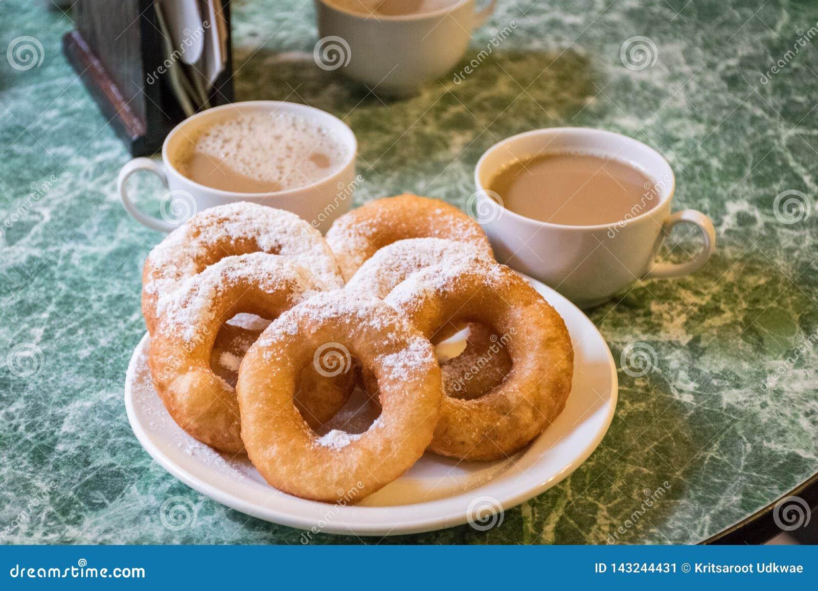 Ryss donuts tjänar som med isläggning och varma kaffekoppar