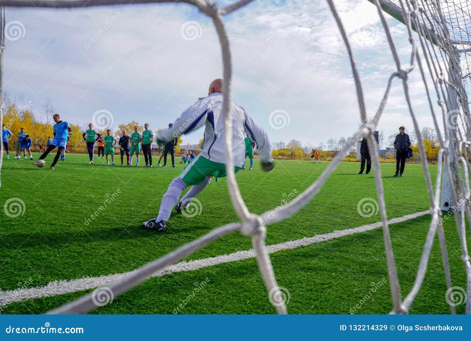 Ryssland fotbollfältet, målvakt reflekterar spark