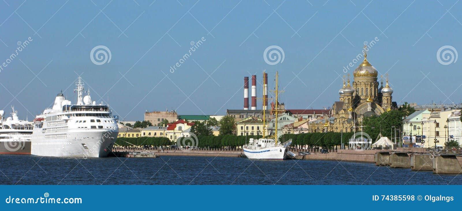 Ryssland Panorama av den Vasilievsky ön i St Petersburg