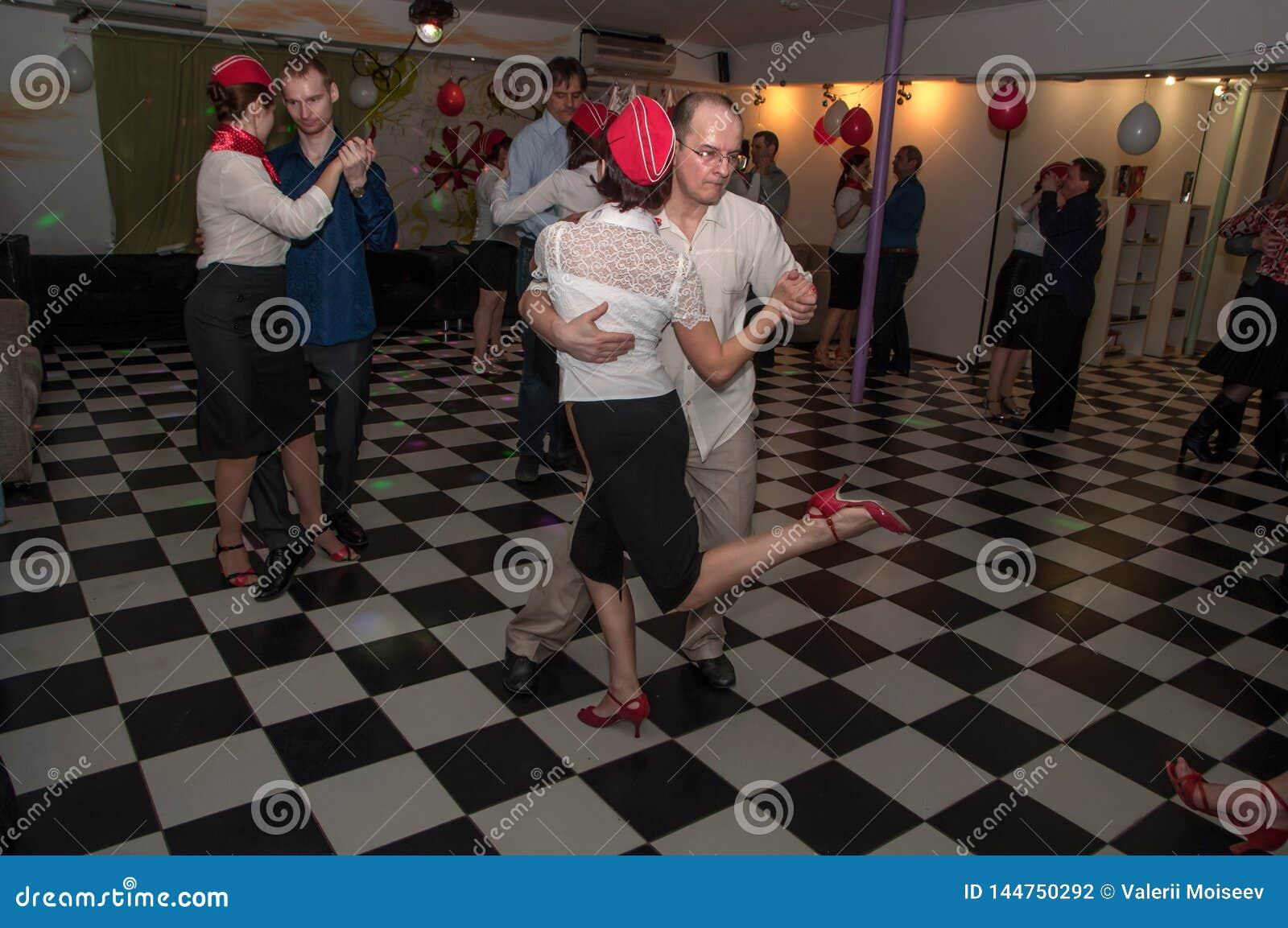 Ryssland Ryazan - 20 Februari 2017 - några lyckliga par som dansar tango, i att dansa studion