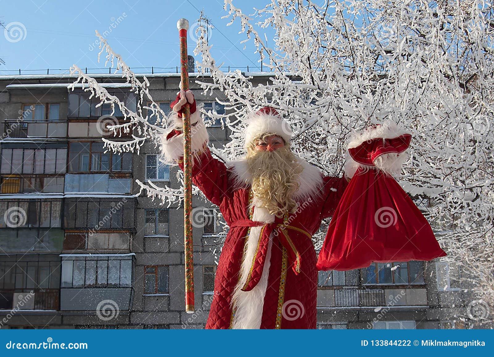 Ryssland stad av Magnitogorsk, - Januari, 3, 2012 Slavisk jultomten