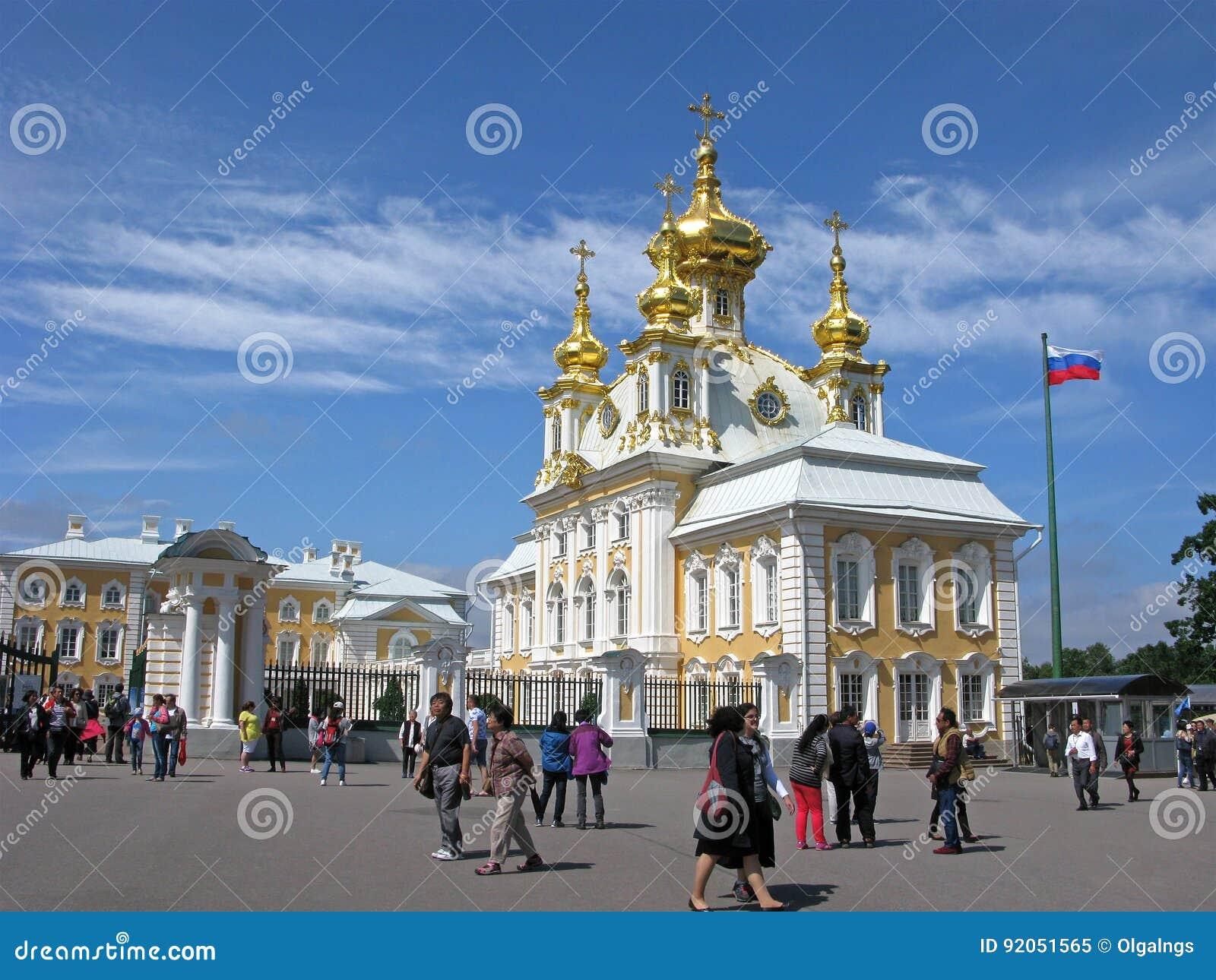 Ryssland Turister i Peterhof, kyrka av Peter och Paul
