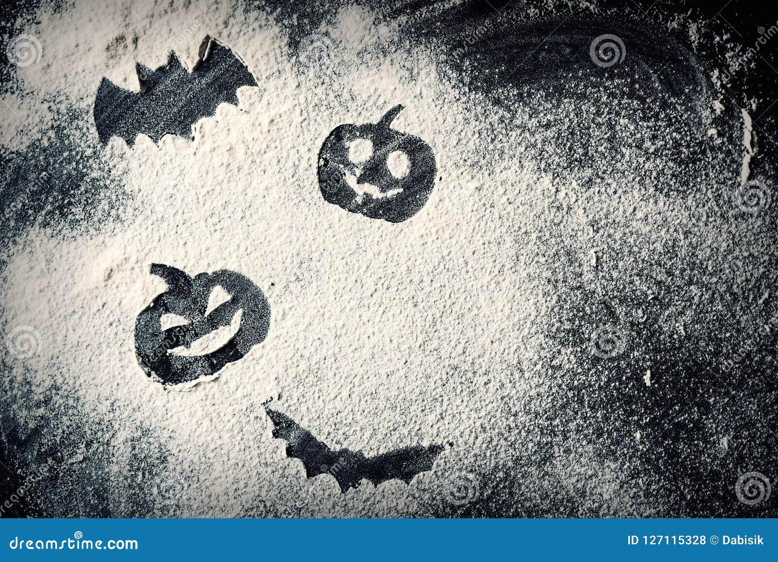 Rysujący Halloweenowej bani przewodzi dźwigarka nietoperz na pszenicznej mąki tle i lampion