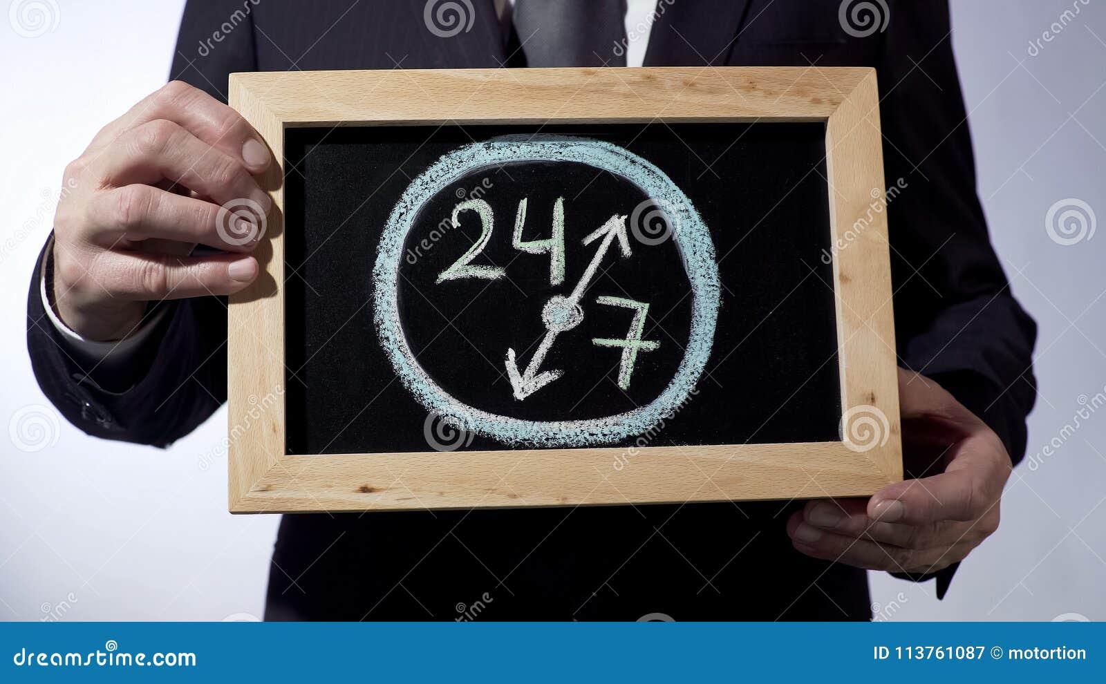 24, 7 rysuje na blackboard, biznesmena mienia znak, biznesowy czasu pojęcie