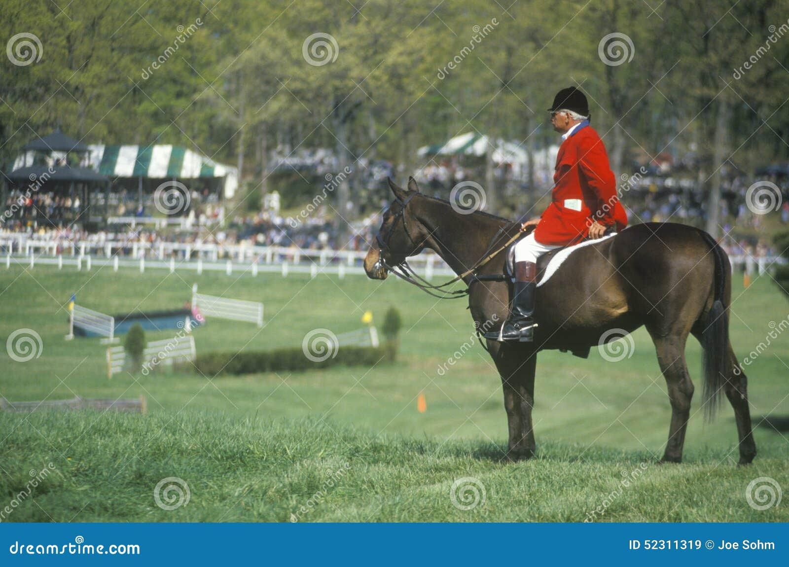 Ryttaren på hästrygg observera hinderlöpningfältet, den Prind hinderlöpningen Glenwood parkerar, Middleburg, Virginia