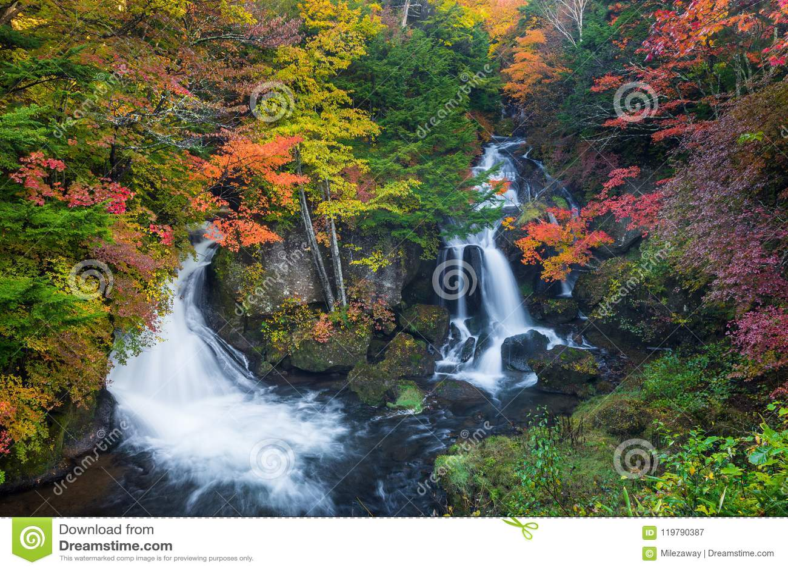 Ryuzu vattenfall i höst den mest favoriten för turist i Nikko,