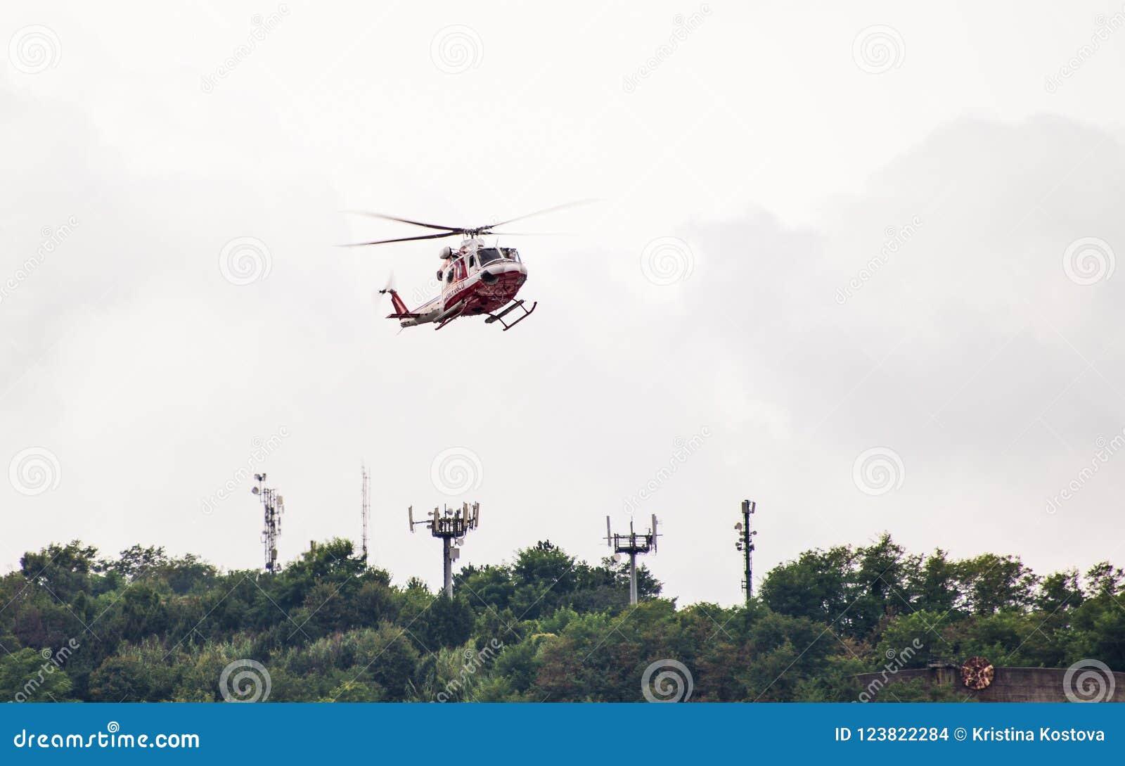 Rywalizujący ratowniczy helikopter dla Morandi mosta