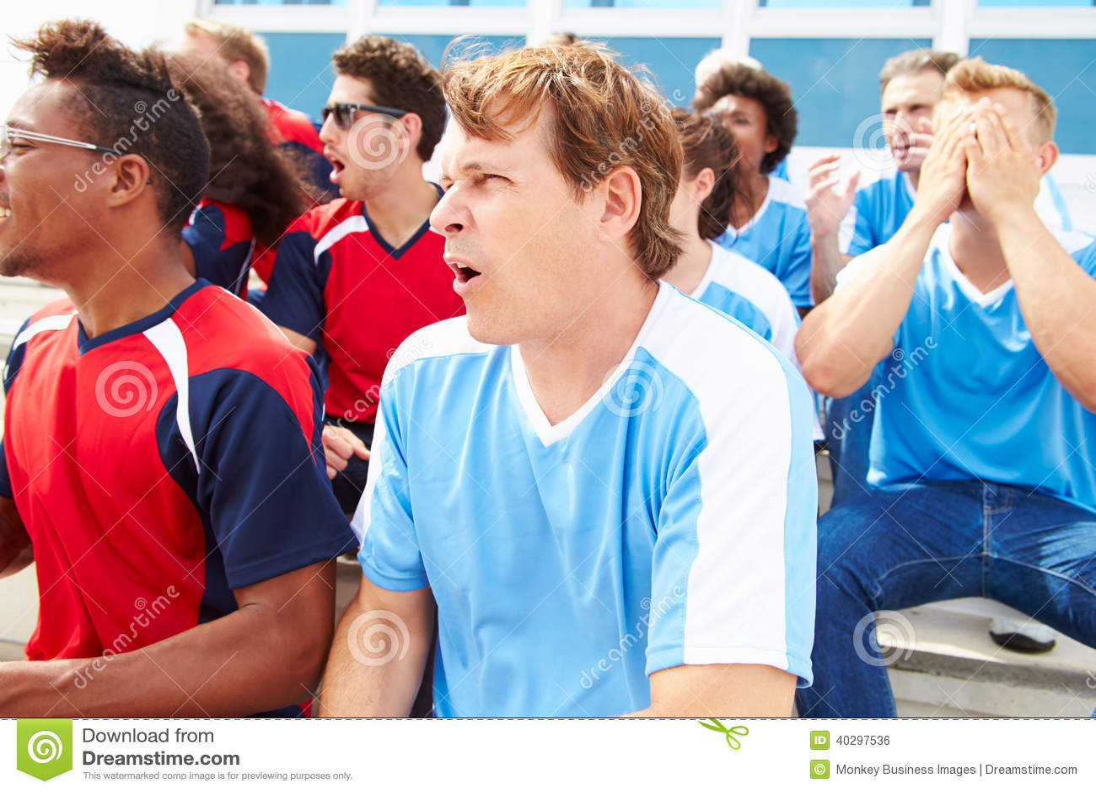 Rywalizujący widzowie Ogląda sporta wydarzenie