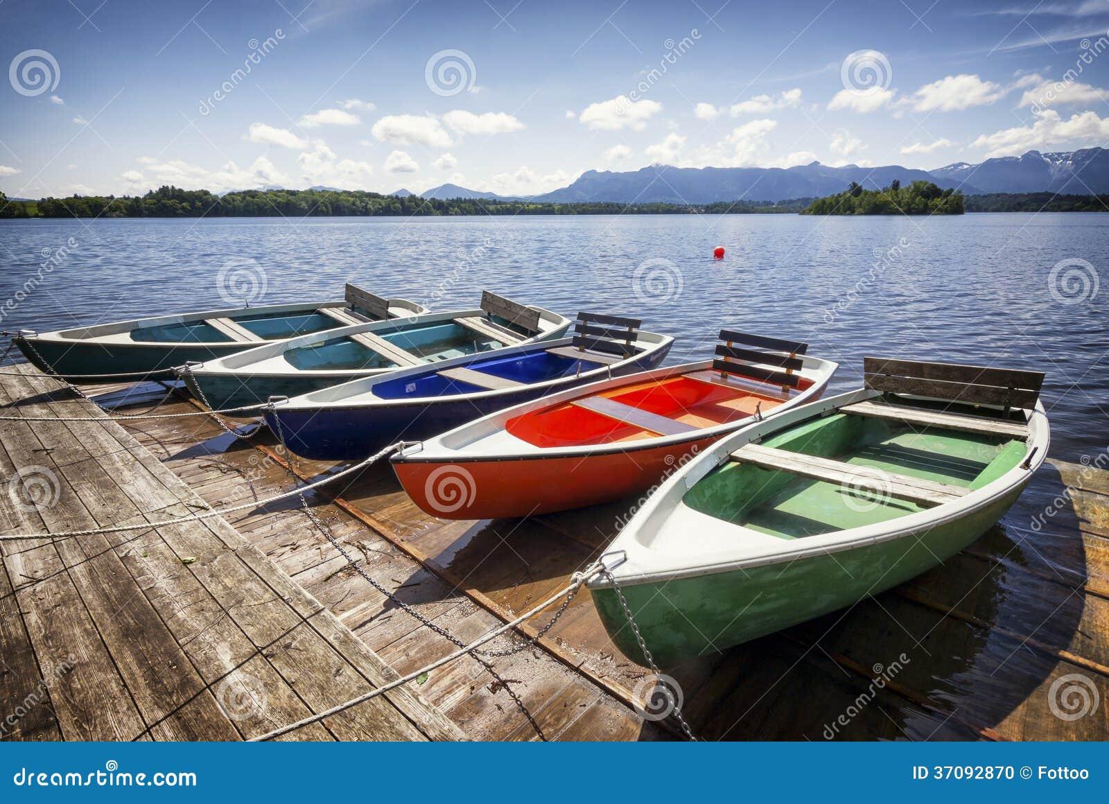 Download Rząd łodzie zdjęcie stock. Obraz złożonej z idylliczny - 37092870