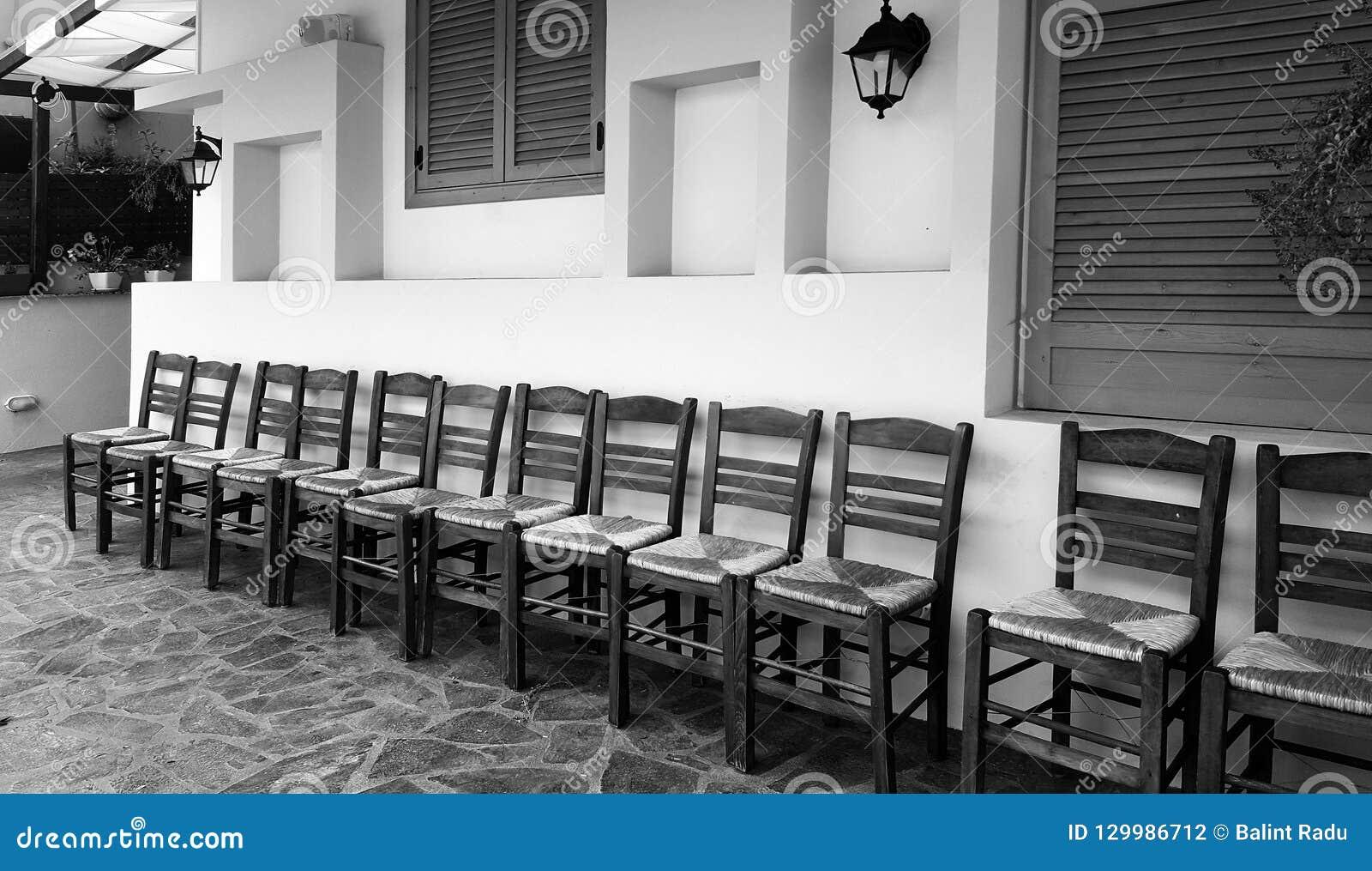 Rząd drewniani krzesła na domu przodzie