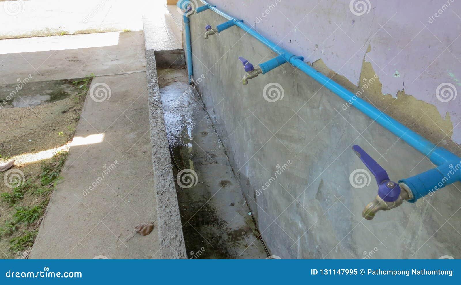 Rząd faucet i drymba w szkole