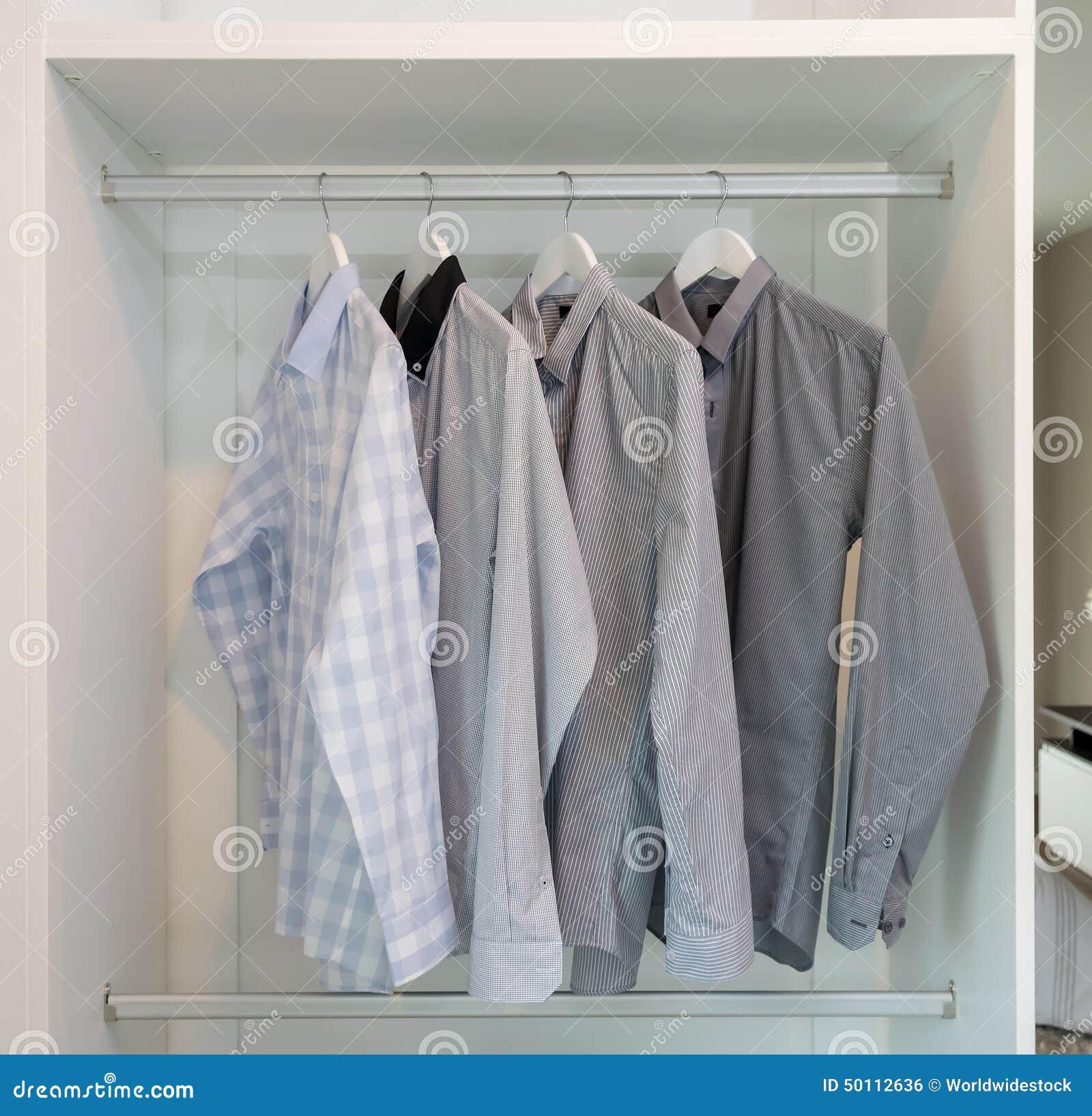 Rząd Koszula Wiesza Na żakieta Wieszaku Zdjęcie Stock  LSIUf