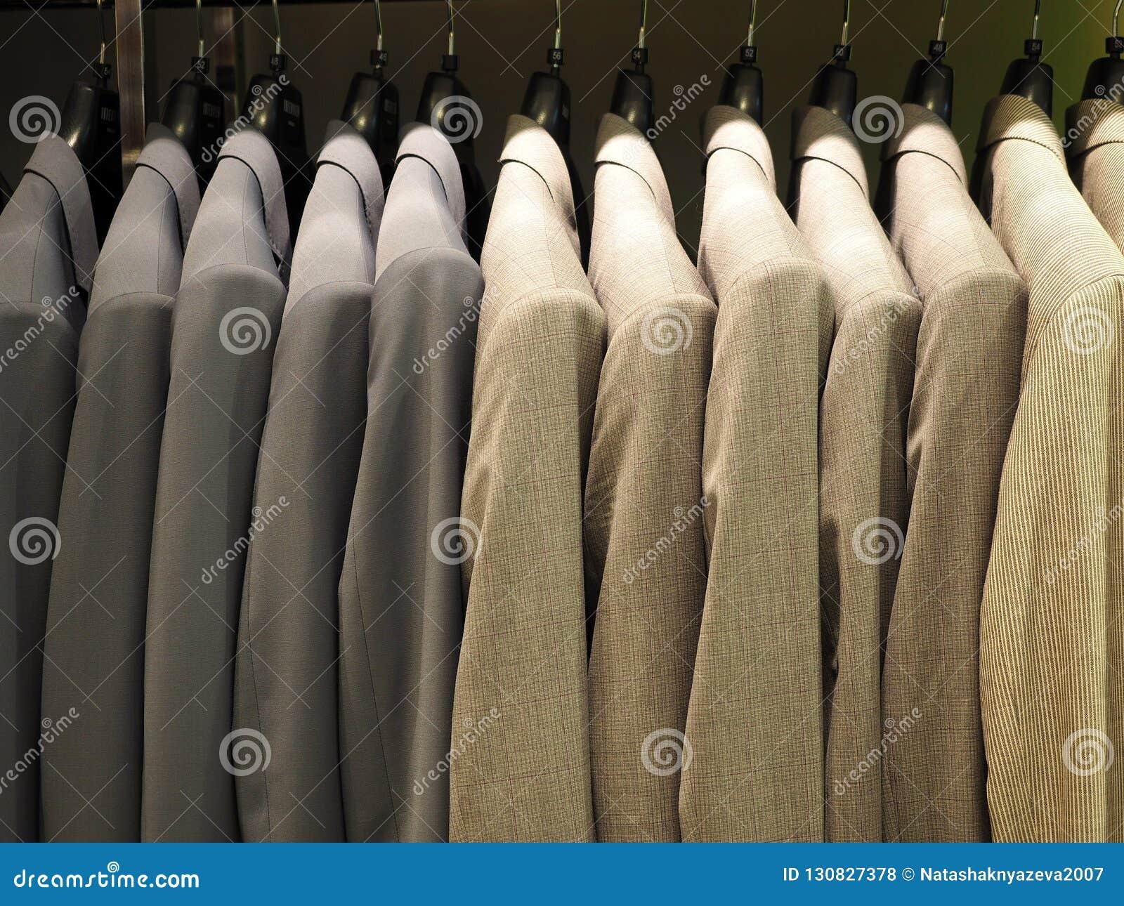 Rząd męskie kostium kurtki w odzież sklepie