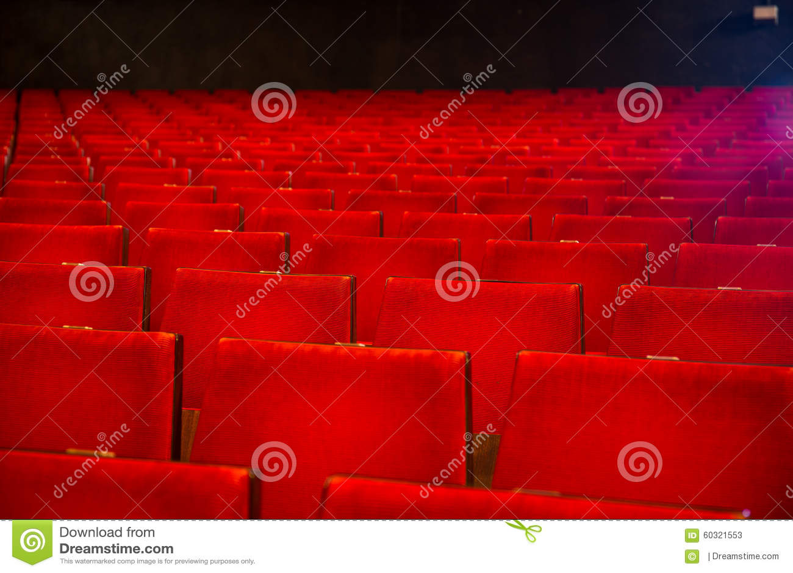 Rzędy krzesła w starego stylu kina sala