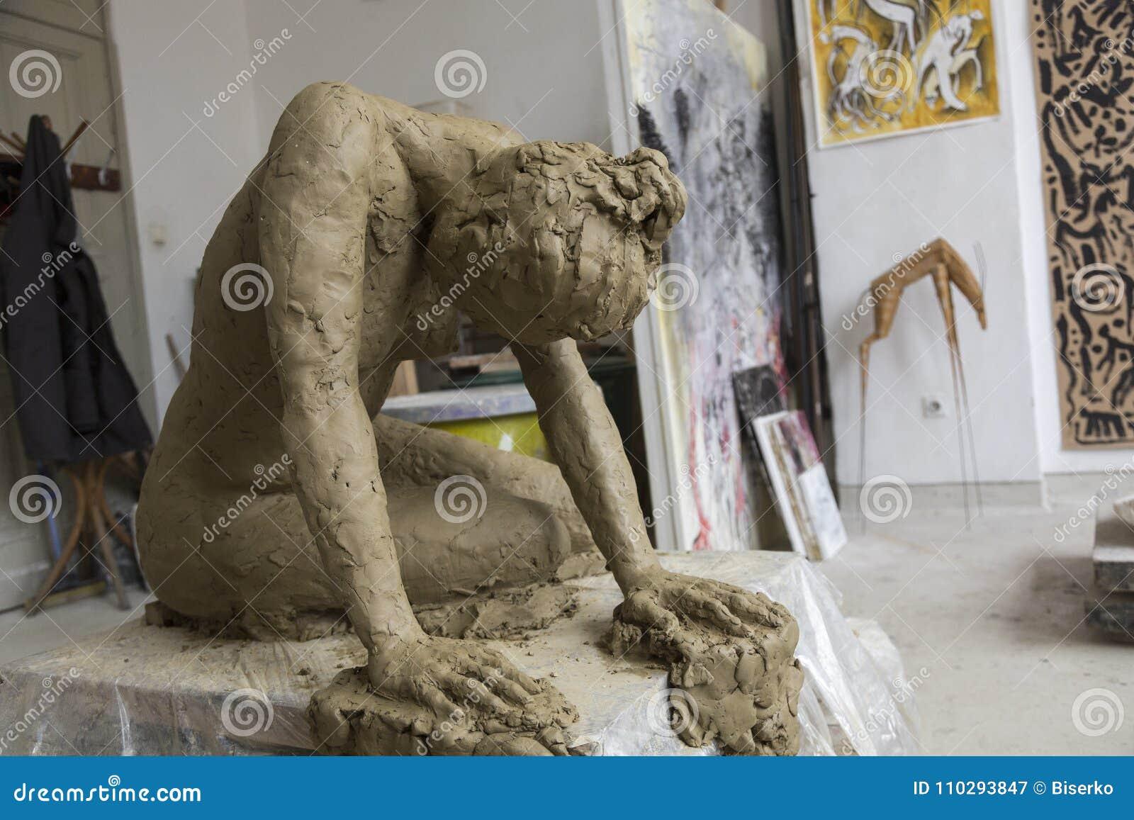 Rzeźba dedykująca Istanbuł konwencja dla kobiety ` s wyprostowywa