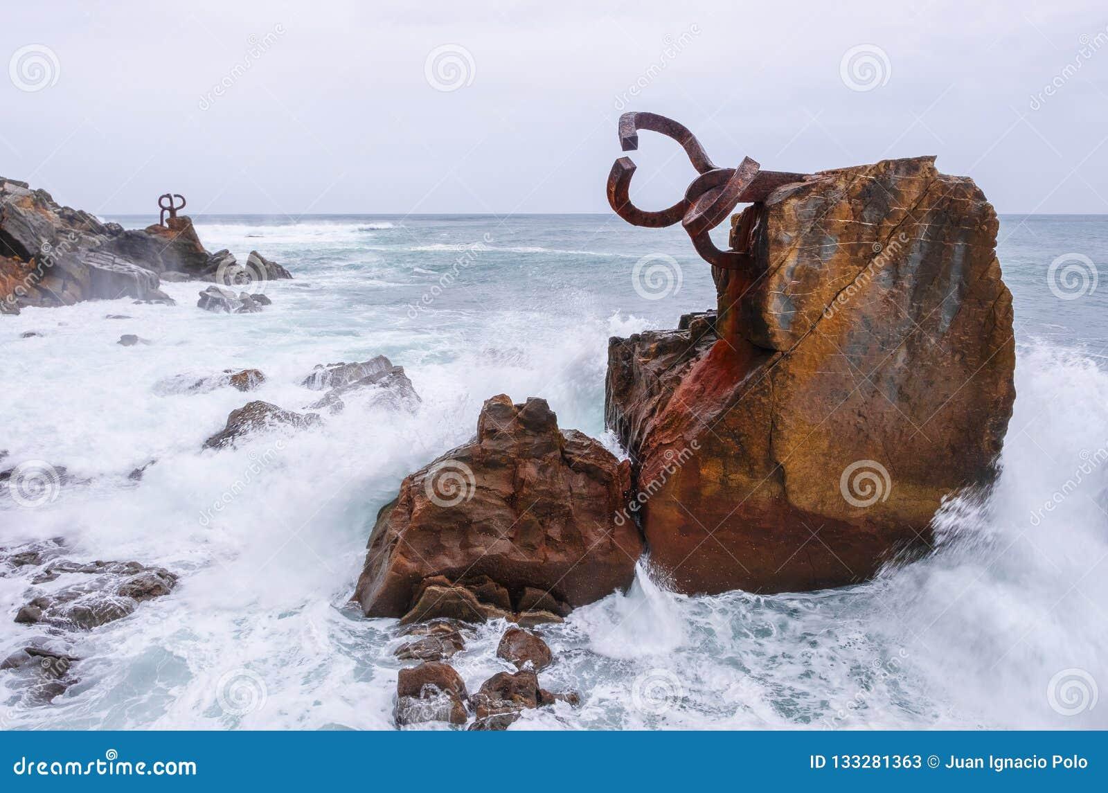 Rzeźba grępla Wiatrowy Peine Del Viento, wybrzeże miasto San Sebastian