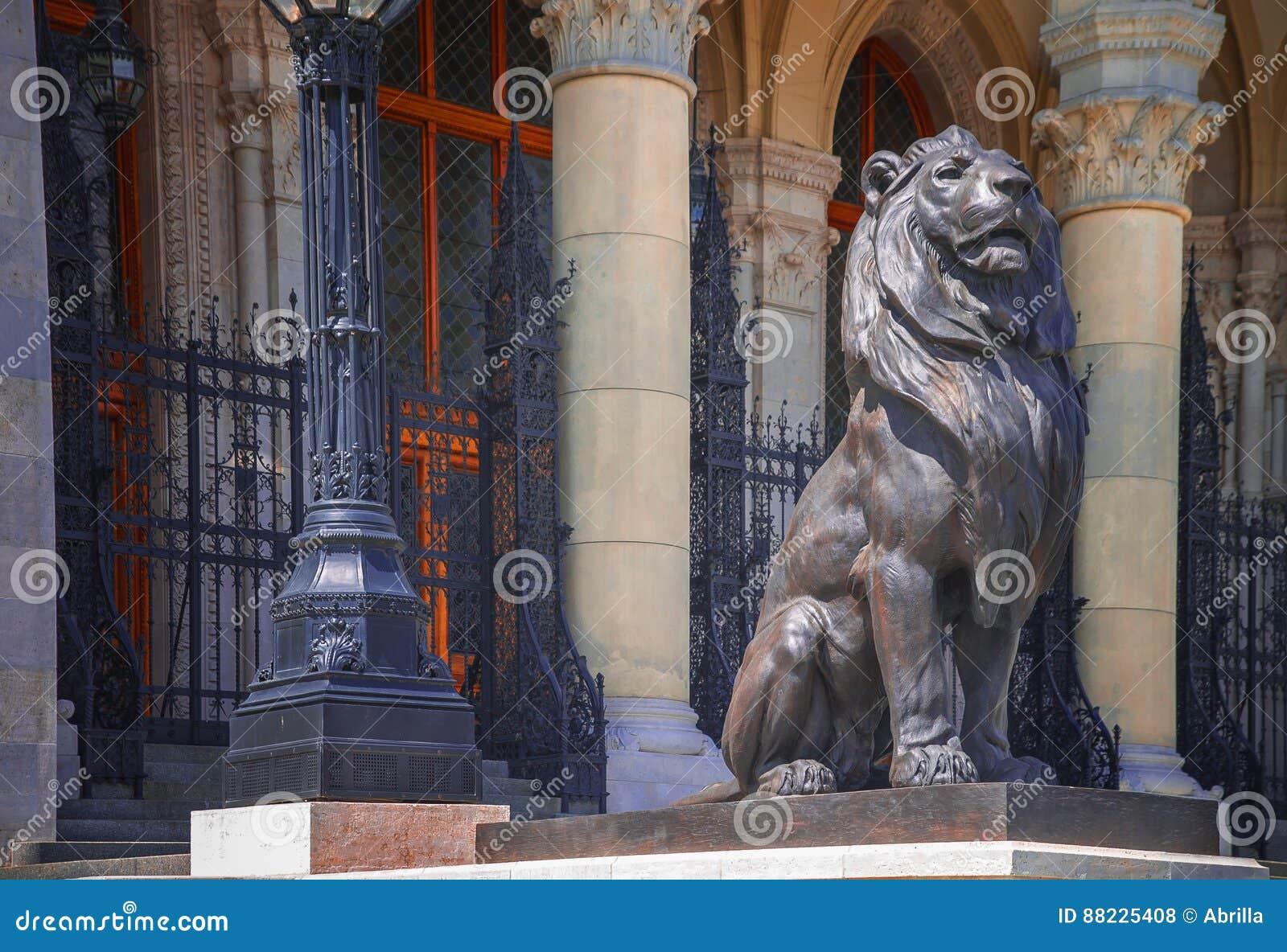 Rzeźba lew blisko parlamentu budynku w Budapest