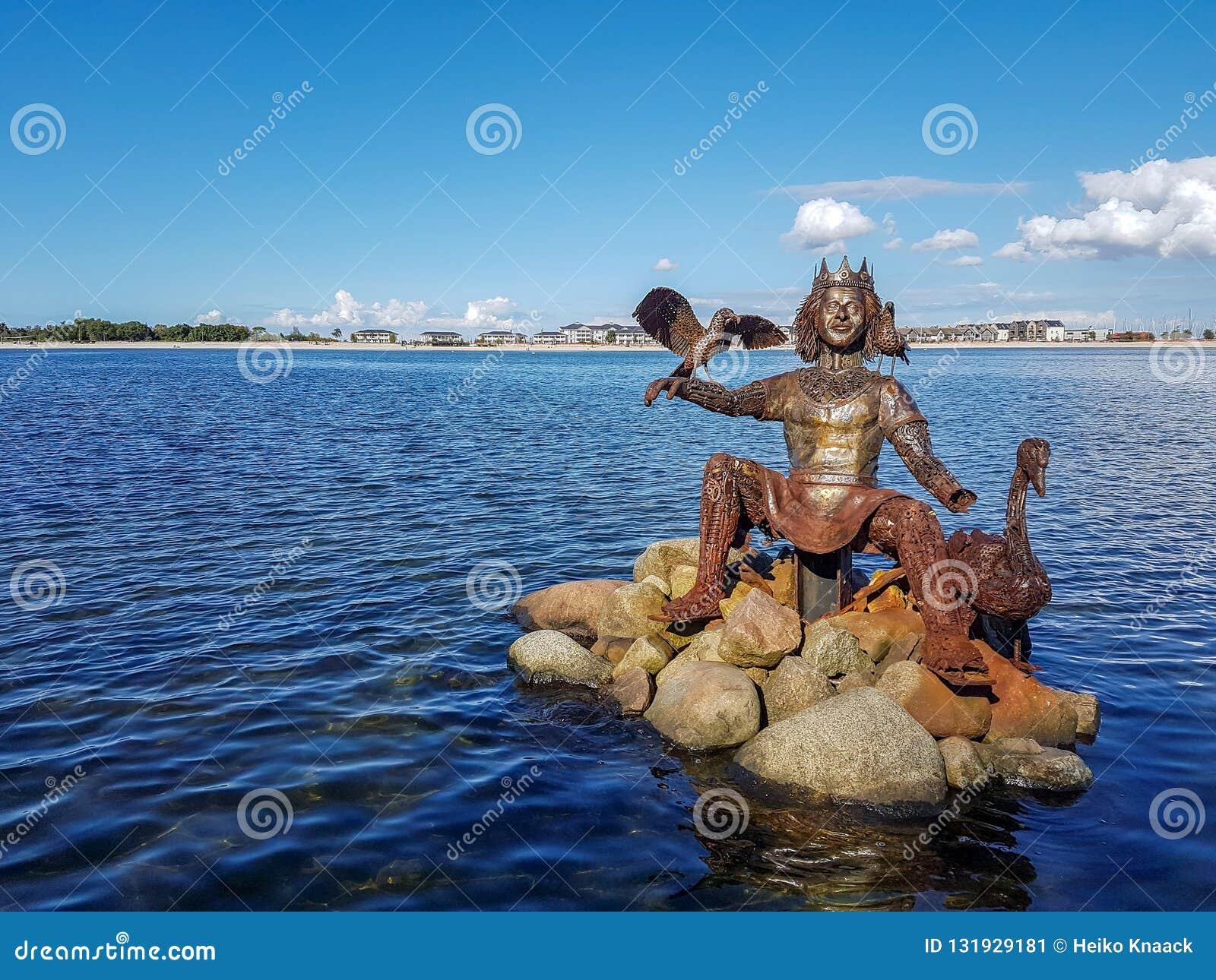 Rzeźba nordish bóg Njoerd od metalu świstka w Heiligenhafen
