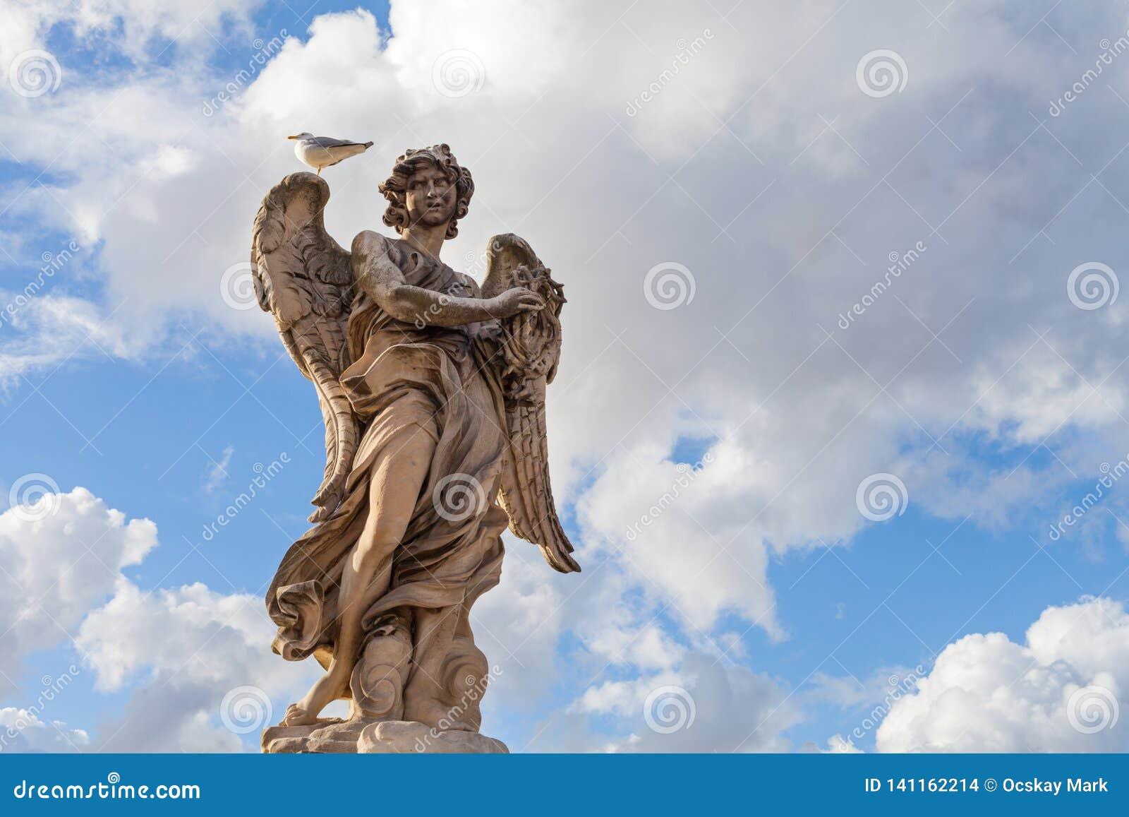 Rzeźba przeciw niebieskiemu niebu