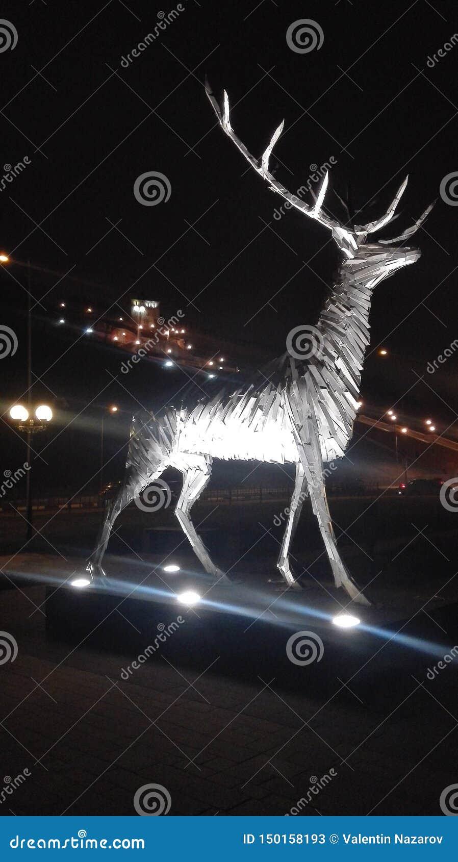 Rzeźba rogacz przy nocą