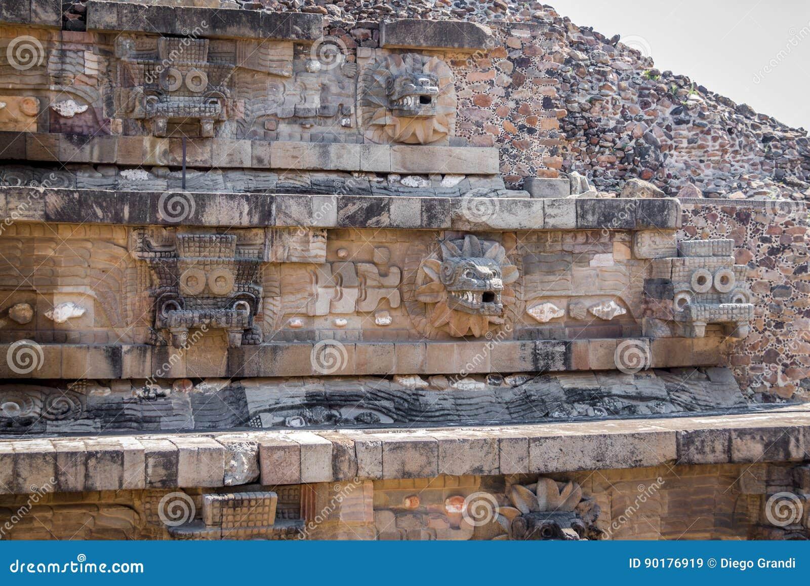 Rzeźbiący szczegóły Quetzalcoatl ostrosłup przy Teotihuacan ruinami - Meksyk, Meksyk