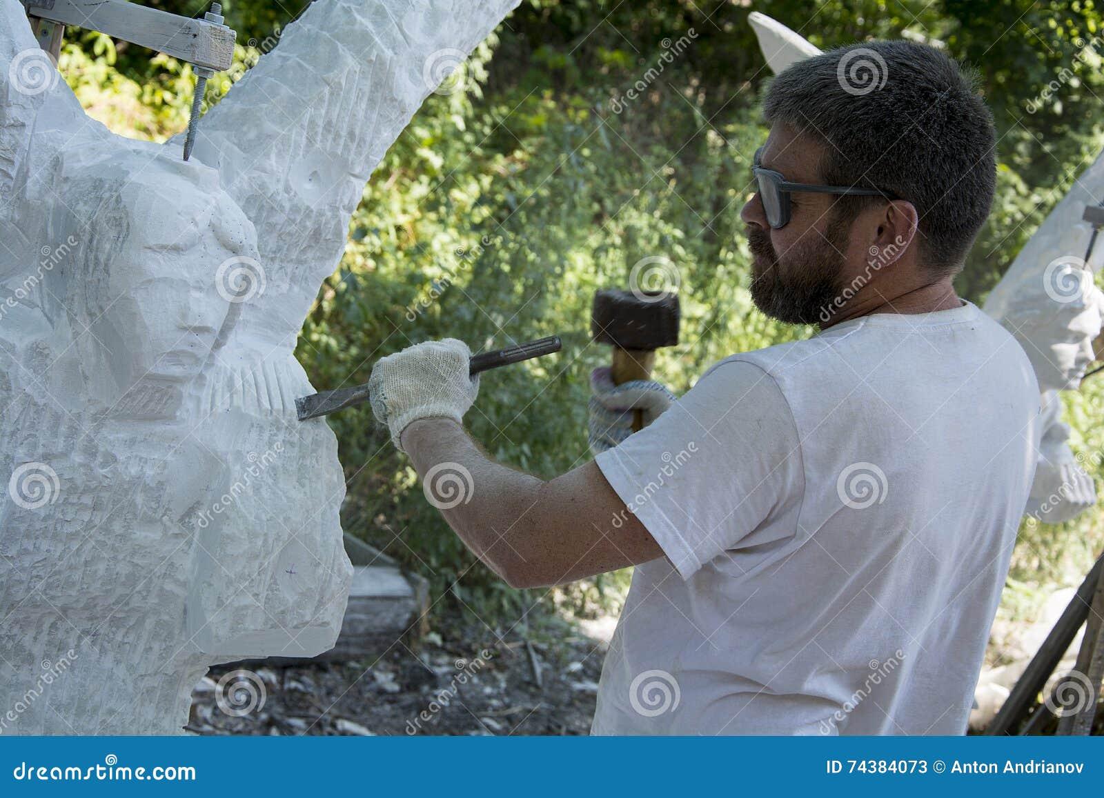 Rzeźbiarz przy pracą