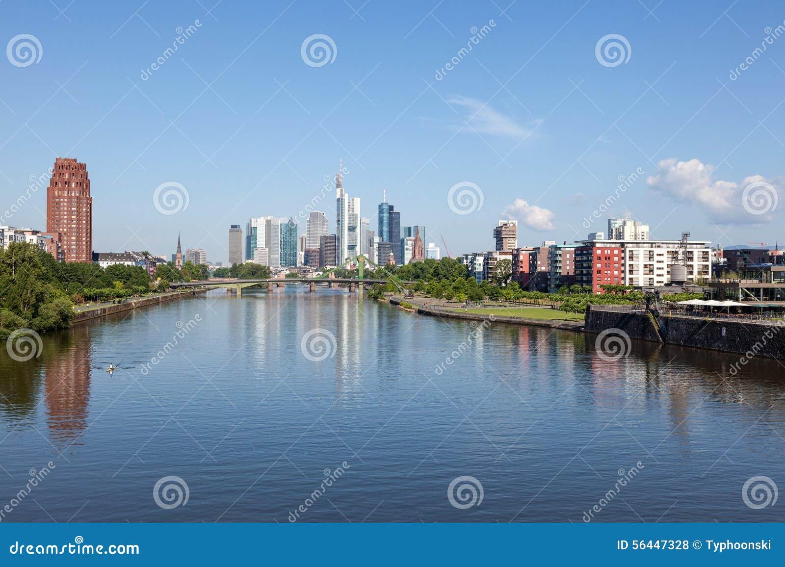 Rzeczna magistrala i linia horyzontu Frankfurt