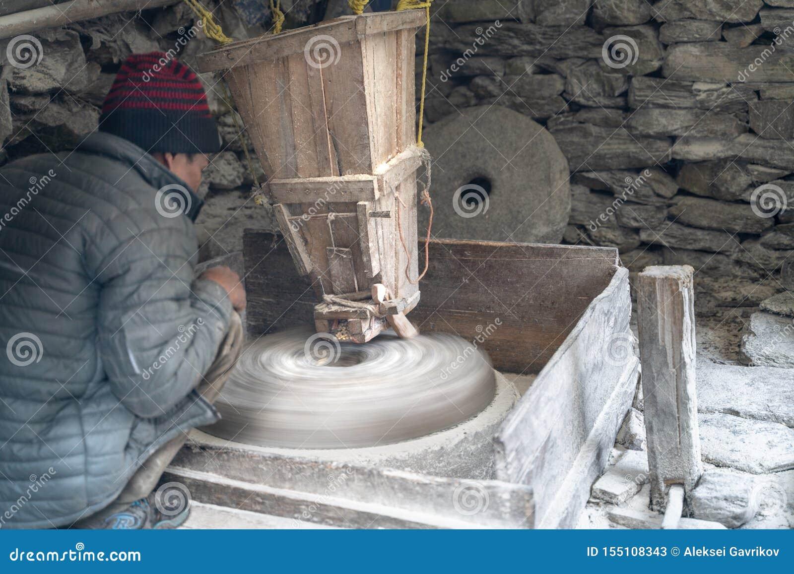 Rzeczny młyn w Nepal ar pracie