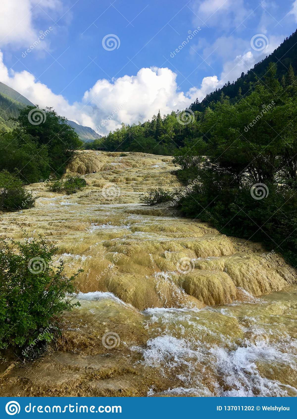 Rzeczny spływanie nad kalcytem deponuje przy Huanglong Scenicznym terenem, Chiny