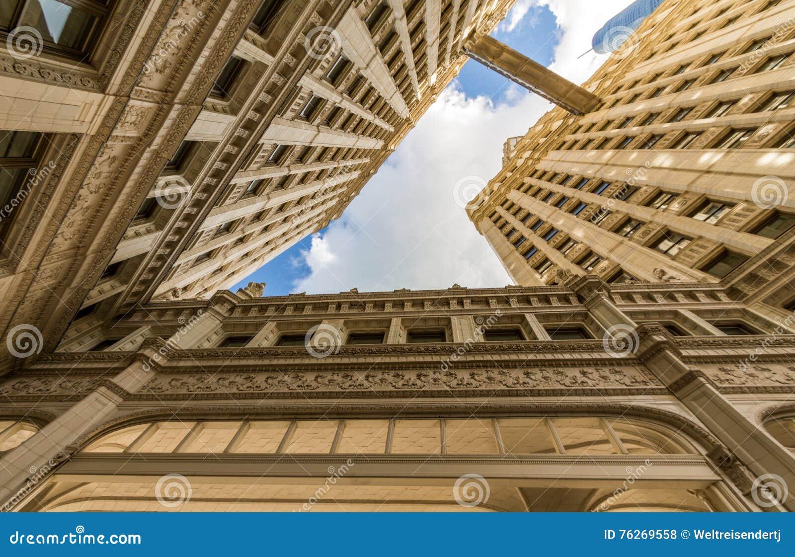 Rzeczny spacer z miastowymi drapaczami chmur w Chicago, Stany Zjednoczone
